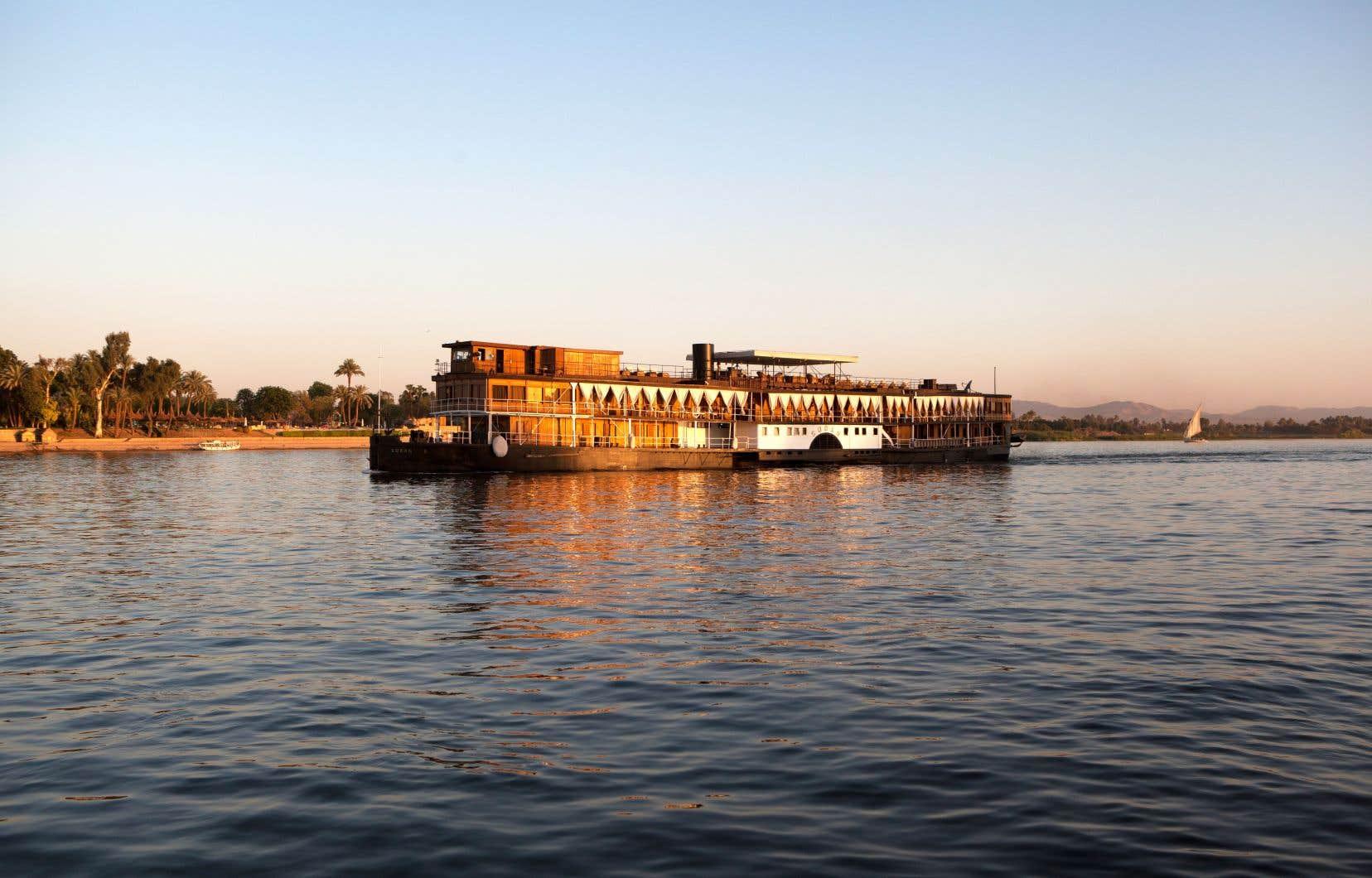 Ce bateau aux boiseries chaleureuses de teck, qui, sous l'effet du chaud soleil d'Égypte, parfume l'air des cires d'antan, nous transporte à une autre époque.