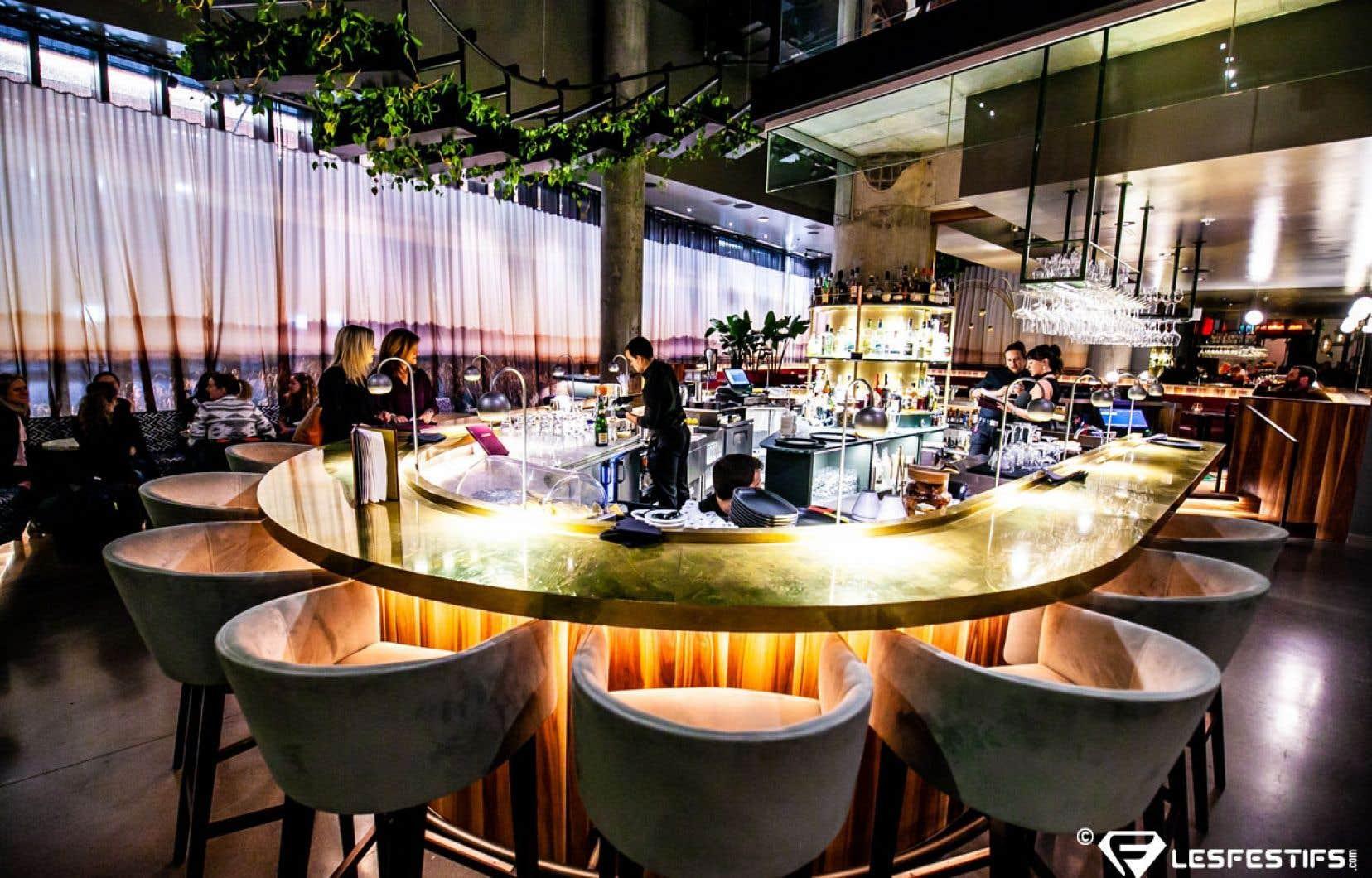 Le point central du Bar Les Cousins, créé par le designer Zébulon Perron, est le comptoir-bar de marbre.