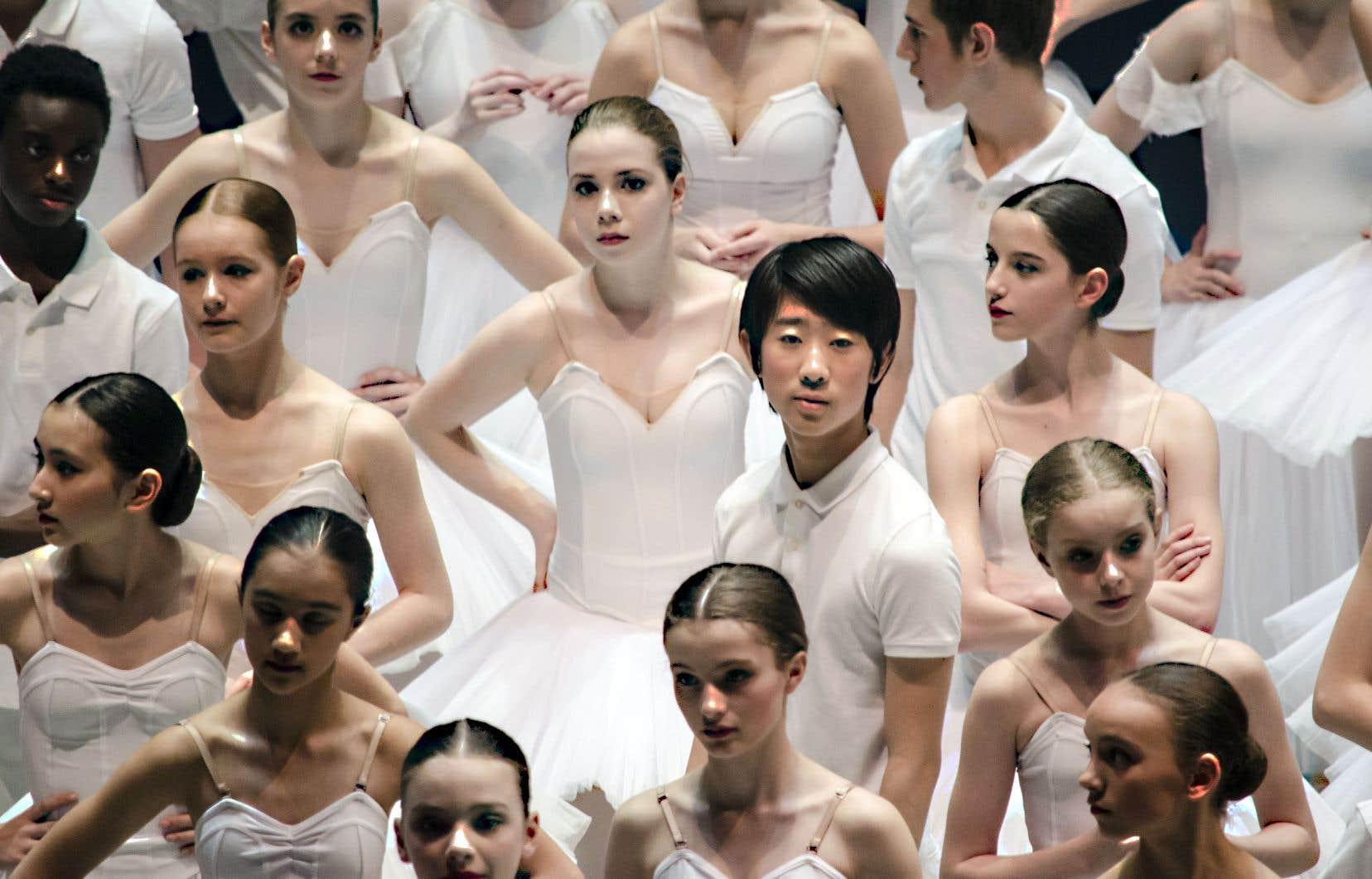 C'est un regard impitoyable et conformiste sur leur corps qui suit les élèves pas à pas durant leur formation.