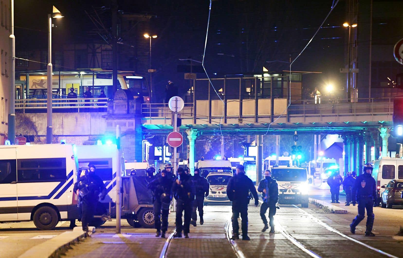 Des policiers bloquant la rue près de l'endroit où Chérif Chekatt a été abattu jeudi soir.