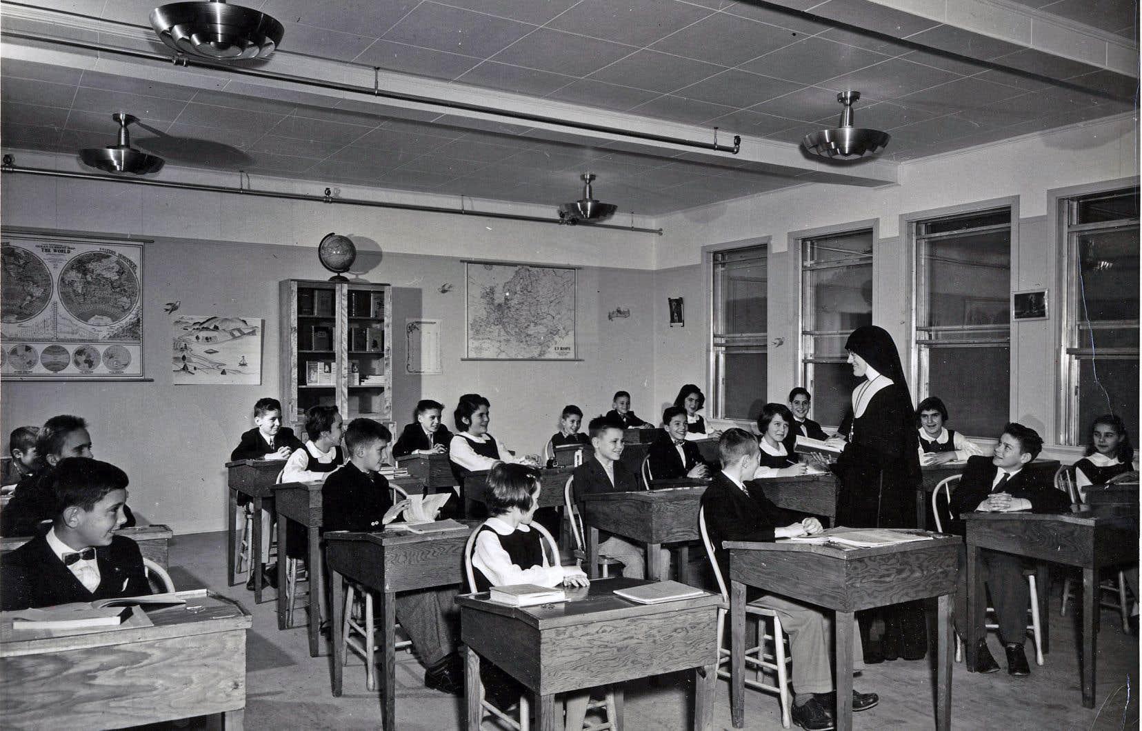 Une photographie non datée d'une religieuse et de sa classe dans une école primaire du Québec.