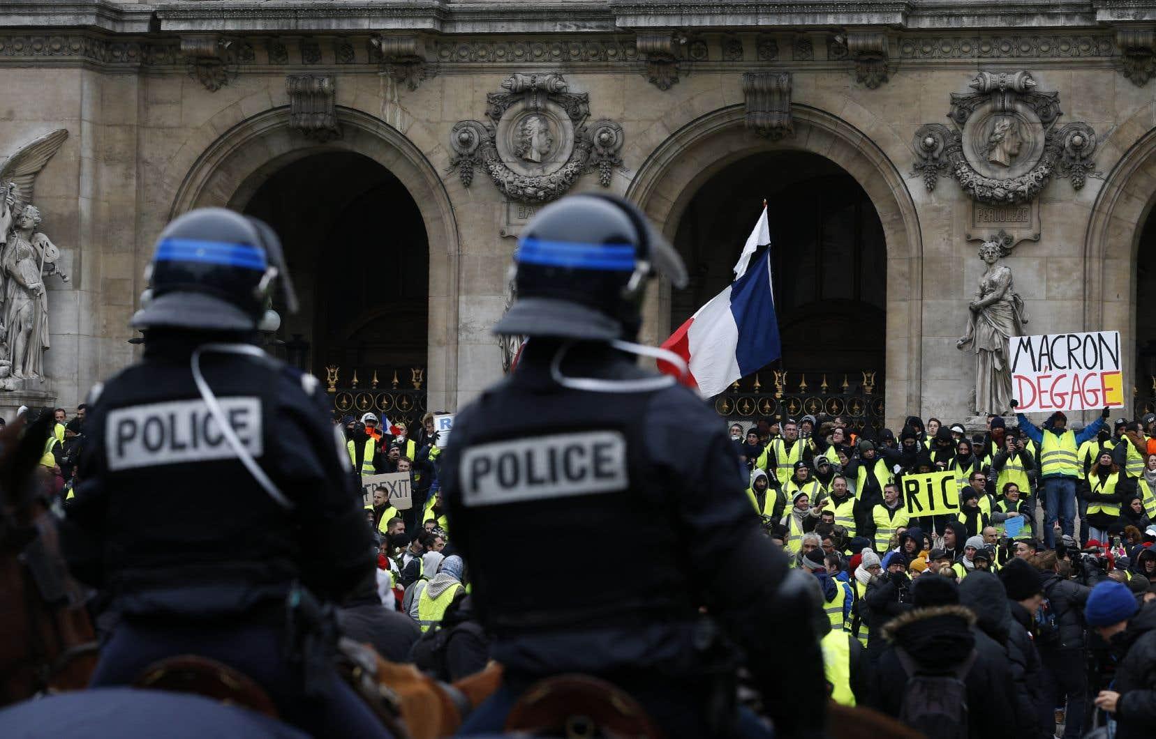 La photographie originale, où l'un des manifestants brandit une pancarte où l'on peut lire «Macron dégage».