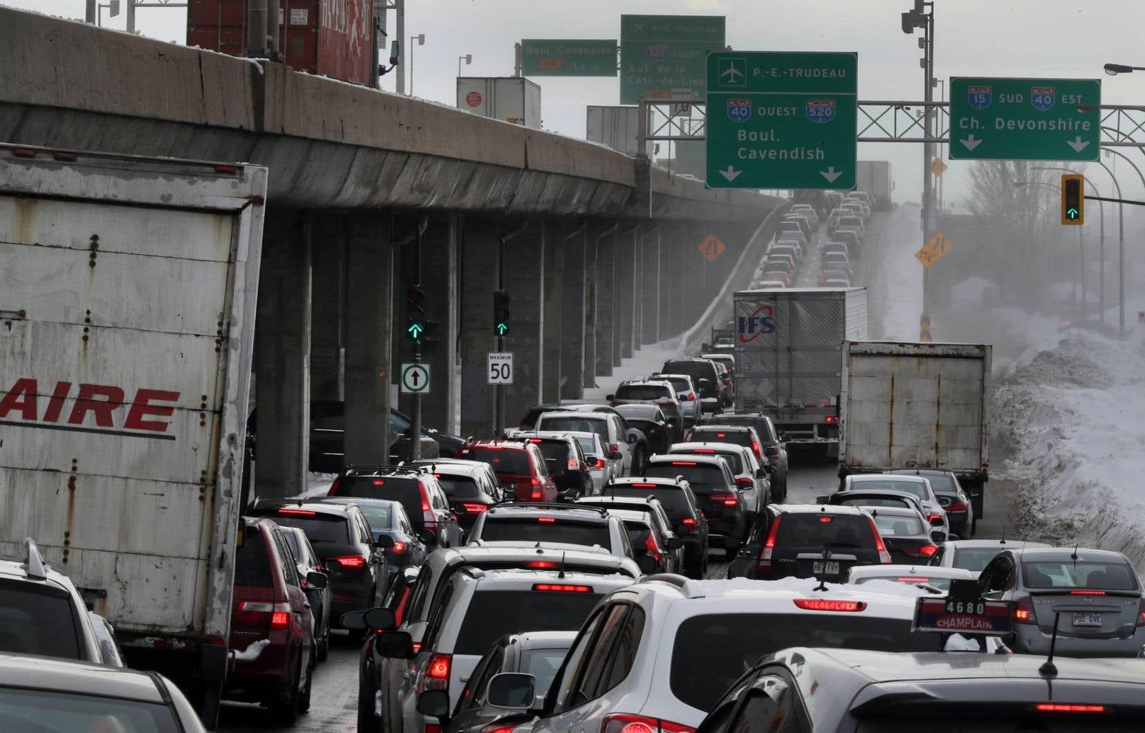 Selon un rapport, les voitures que conduisent les Québécois consomment de plus en plus d'essence.
