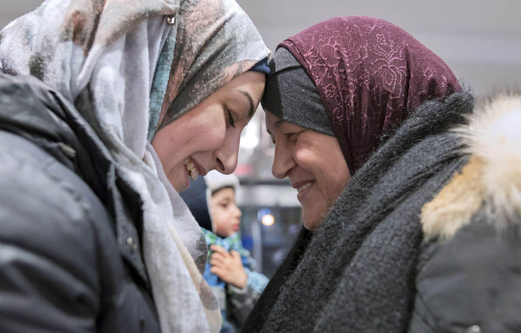 Alaa Abbara, dans les bras de sa mère, Fatimah. Elles ne s'étaient pas vues depuis plus de deux ans.