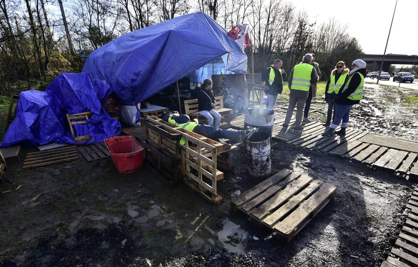 Des «gilets jaunes» ont érigé lundi un camp de fortune à un rond-point de Sainte-Eulalie, au nord de Bordeaux.
