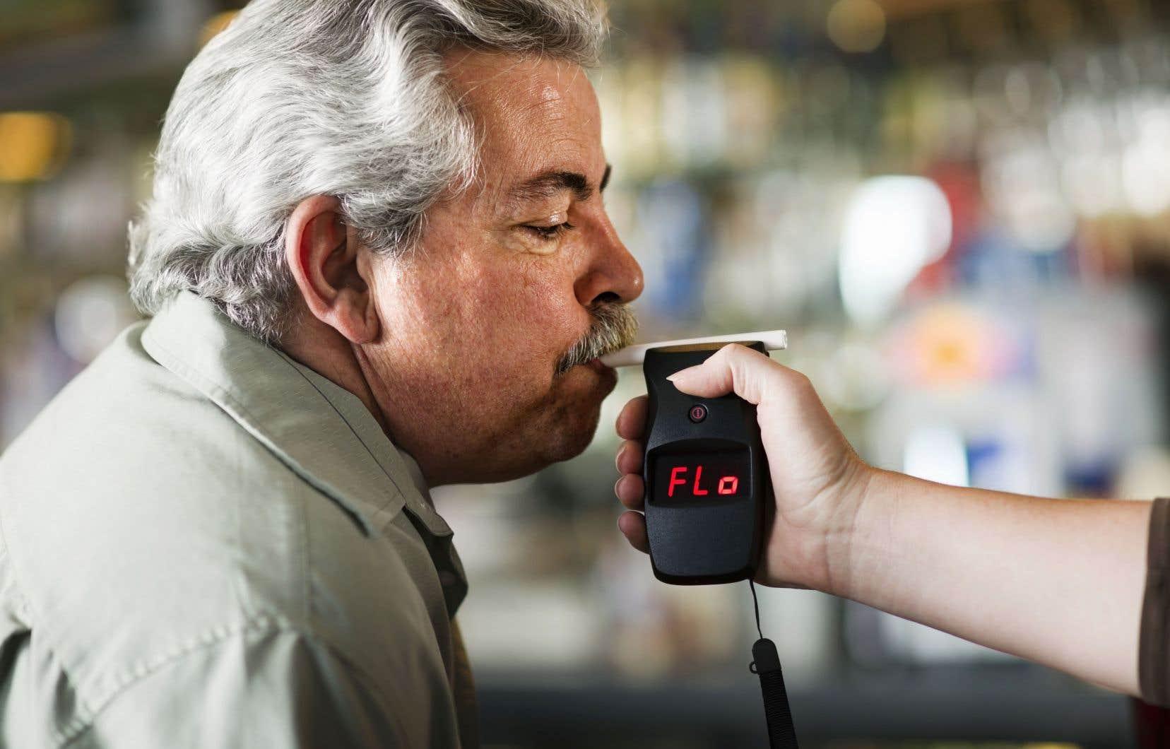 Dorénavant, il y aura infraction si une personne arrêtée dépasse le taux d'alcoolémie de 0,08 (80 milligrammes d'alcool par 100 millilitres de sang) dans les deux heures suivant une interception.