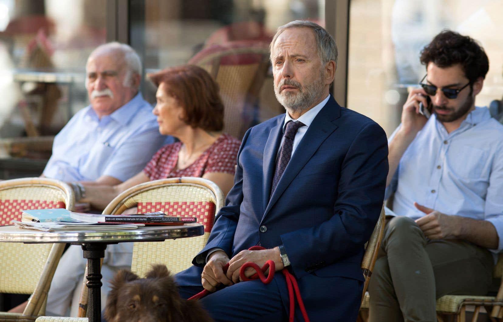 Fabrice Luchini interprète Alain Wapler, un personnage inspiré de Christian Streiff, patron des plus grandes entreprises européennes, dont Airbus, et victime d'un AVC.