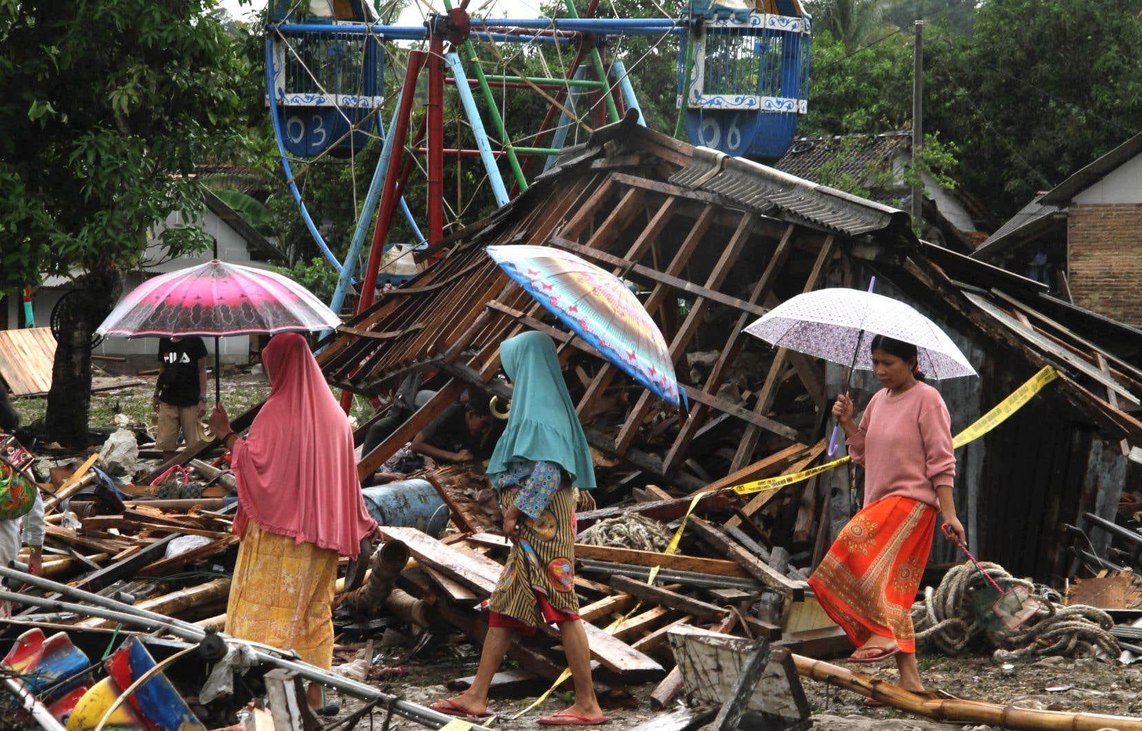 Letsunamia frappé soudainement samedi soir les rives du détroit de la Sonde, qui sépare les îles de Sumatra et de Java.