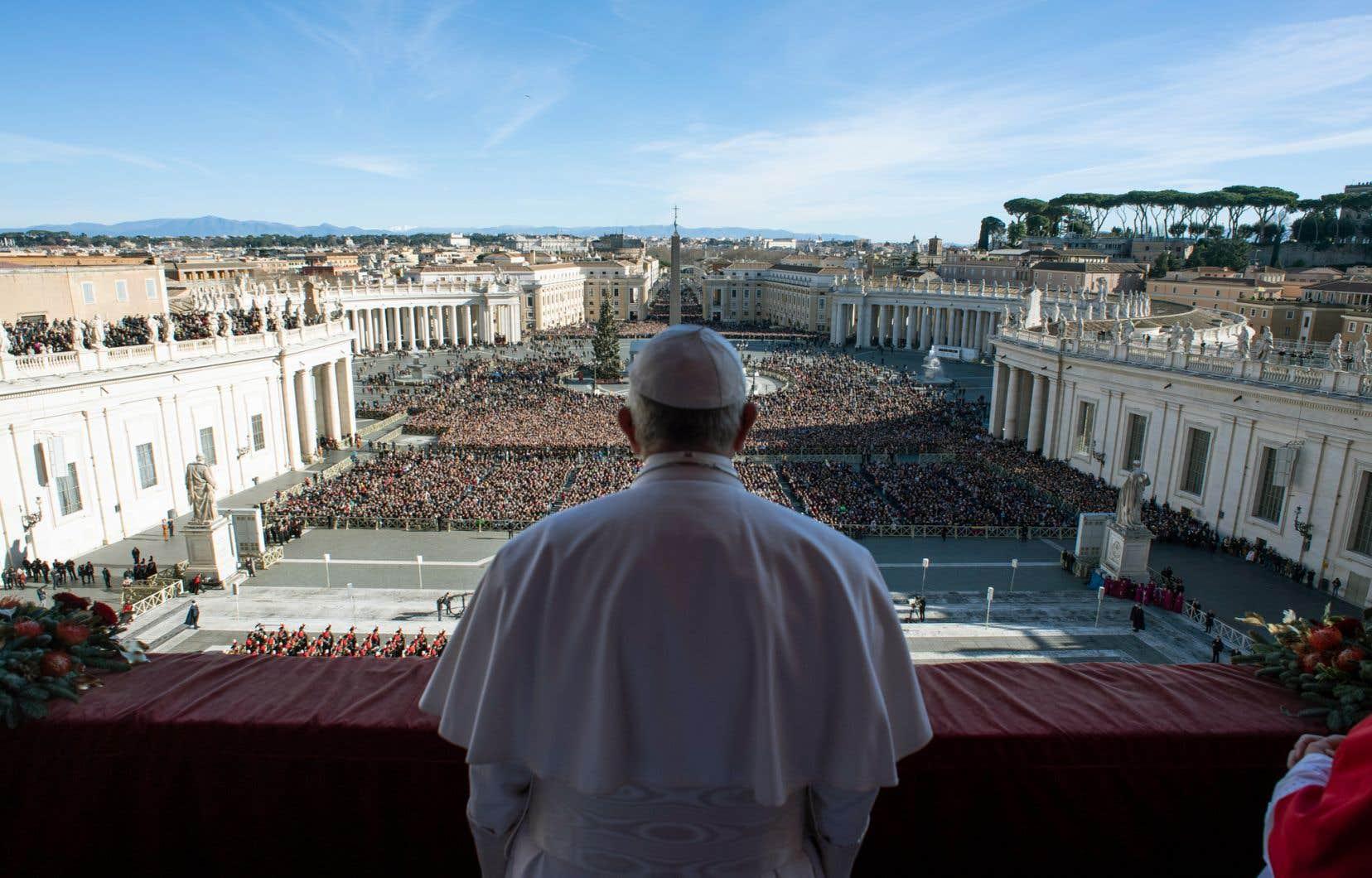 Le pape François s'est adressé mardi à 50 000 fidèles, depuis le balcon de la basilique Saint-Pierre, pour la bénédiction «Urbi et orbi».