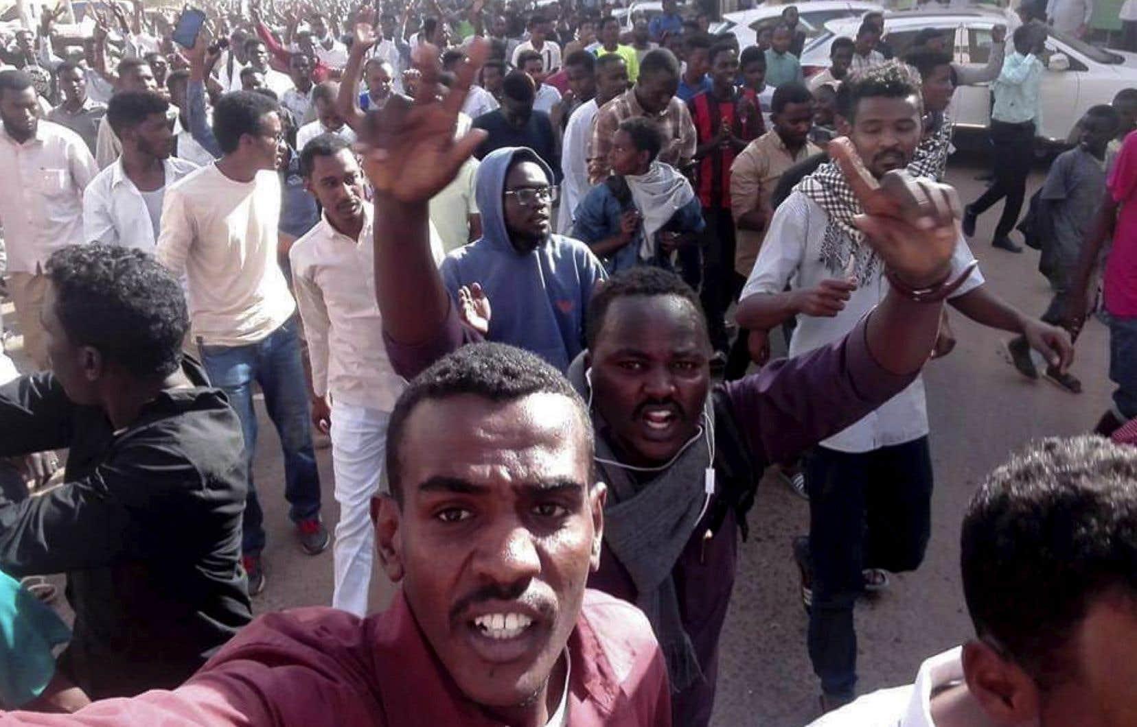 La marche de mardi fait suite à près d'une semaine de manifestations, d'abord déclenchées par la hausse des prix et par les pénuries de denrées alimentaires et d'essence.