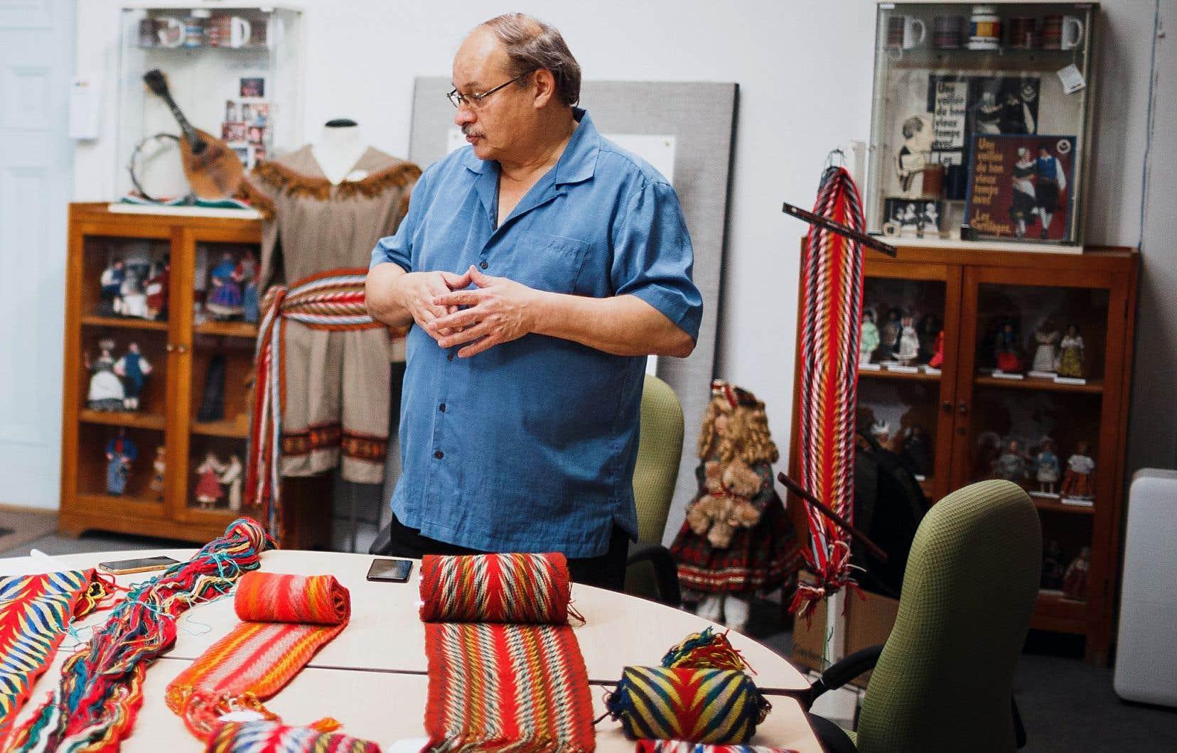 Jean Cadorette, l'un des rares artisans du fléché d'aujourd'hui, donne des ateliers sur son art au Centre Marius-Barbeau, à Montréal.