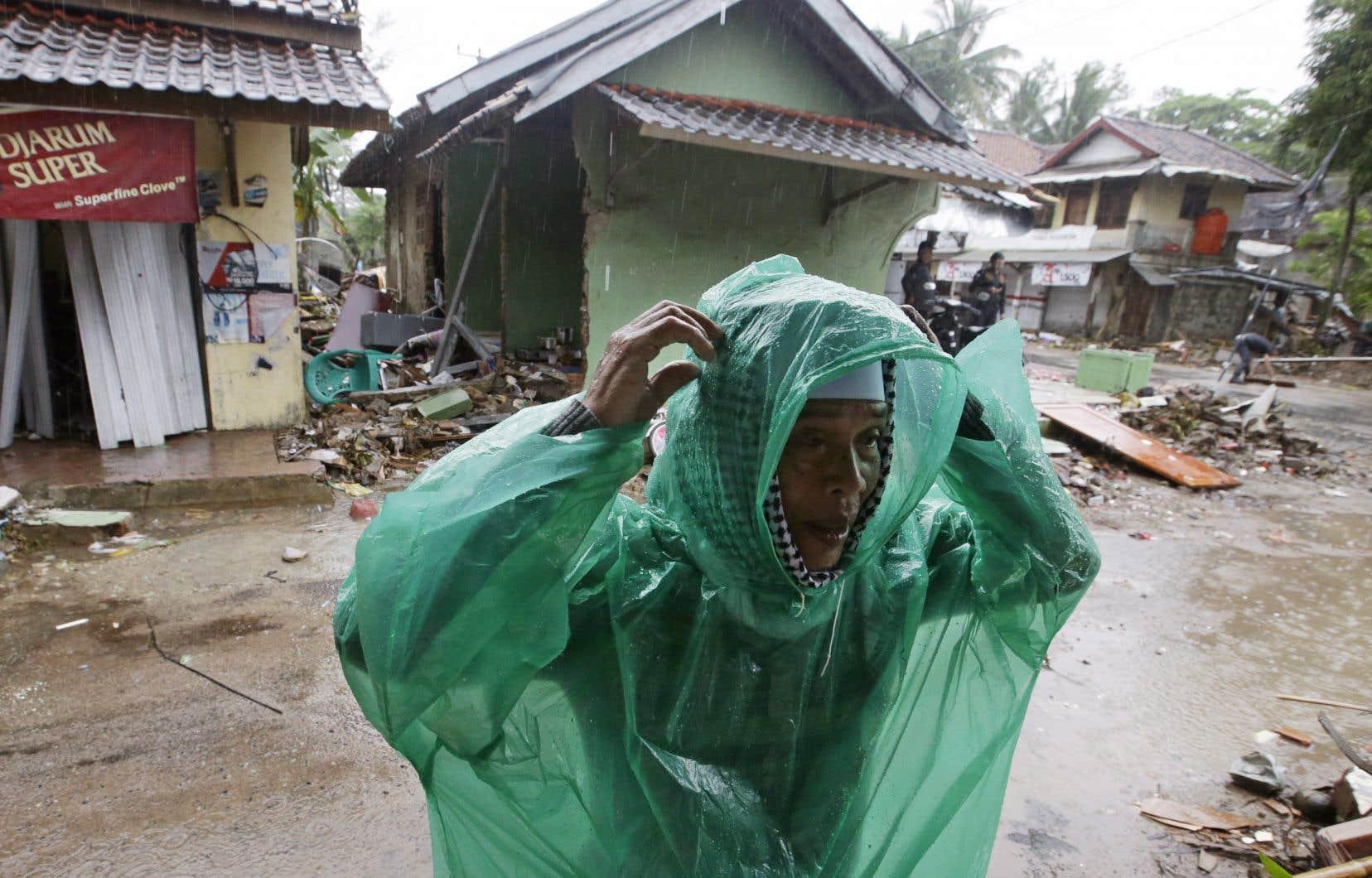 Les pluies entravaient les efforts des équipes tout en aggravant les conditions de vie des survivants du raz-de-marée.