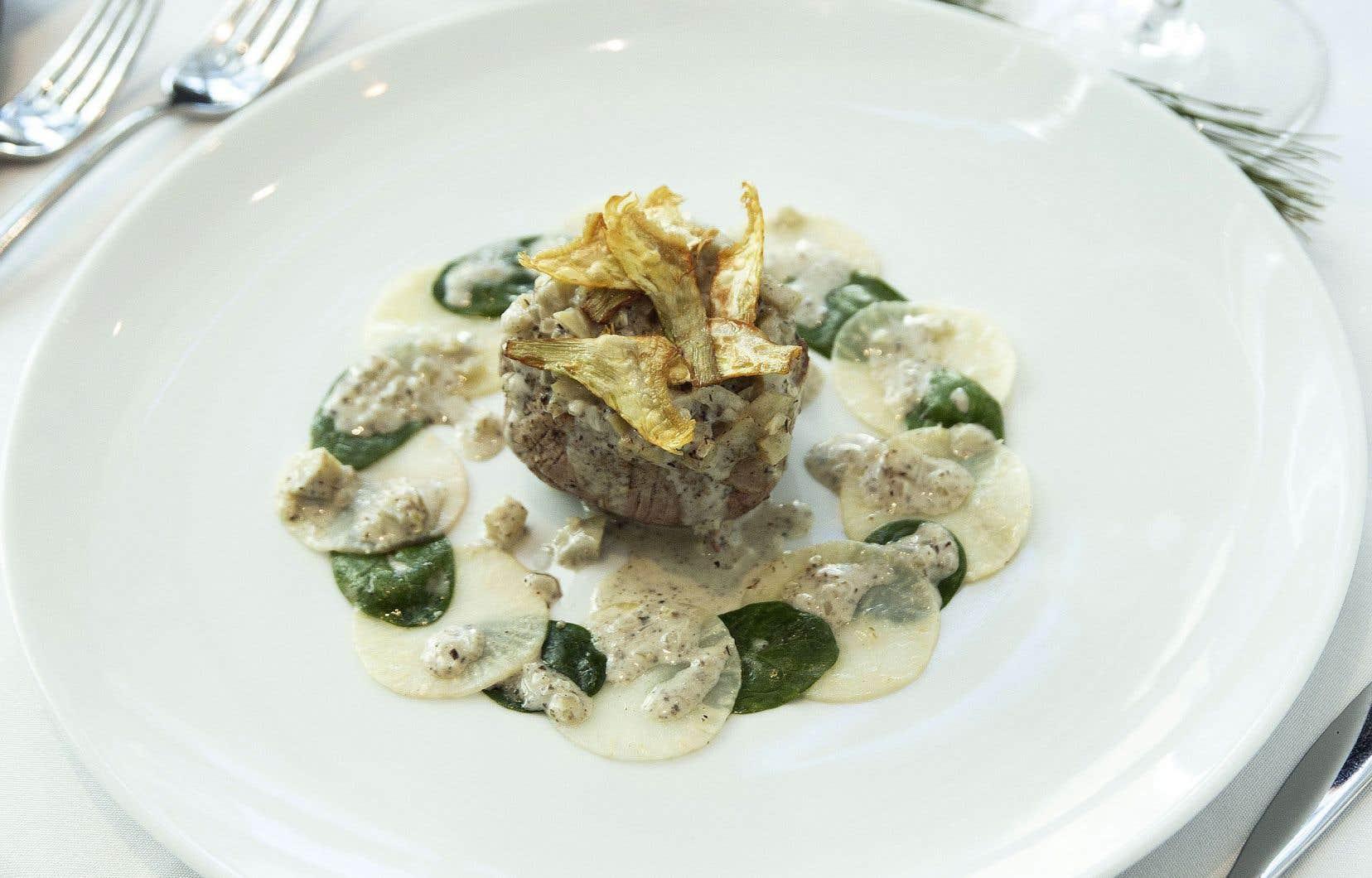 Déposez les filetsde veau cuits et nappez de sauceaux artichauts.