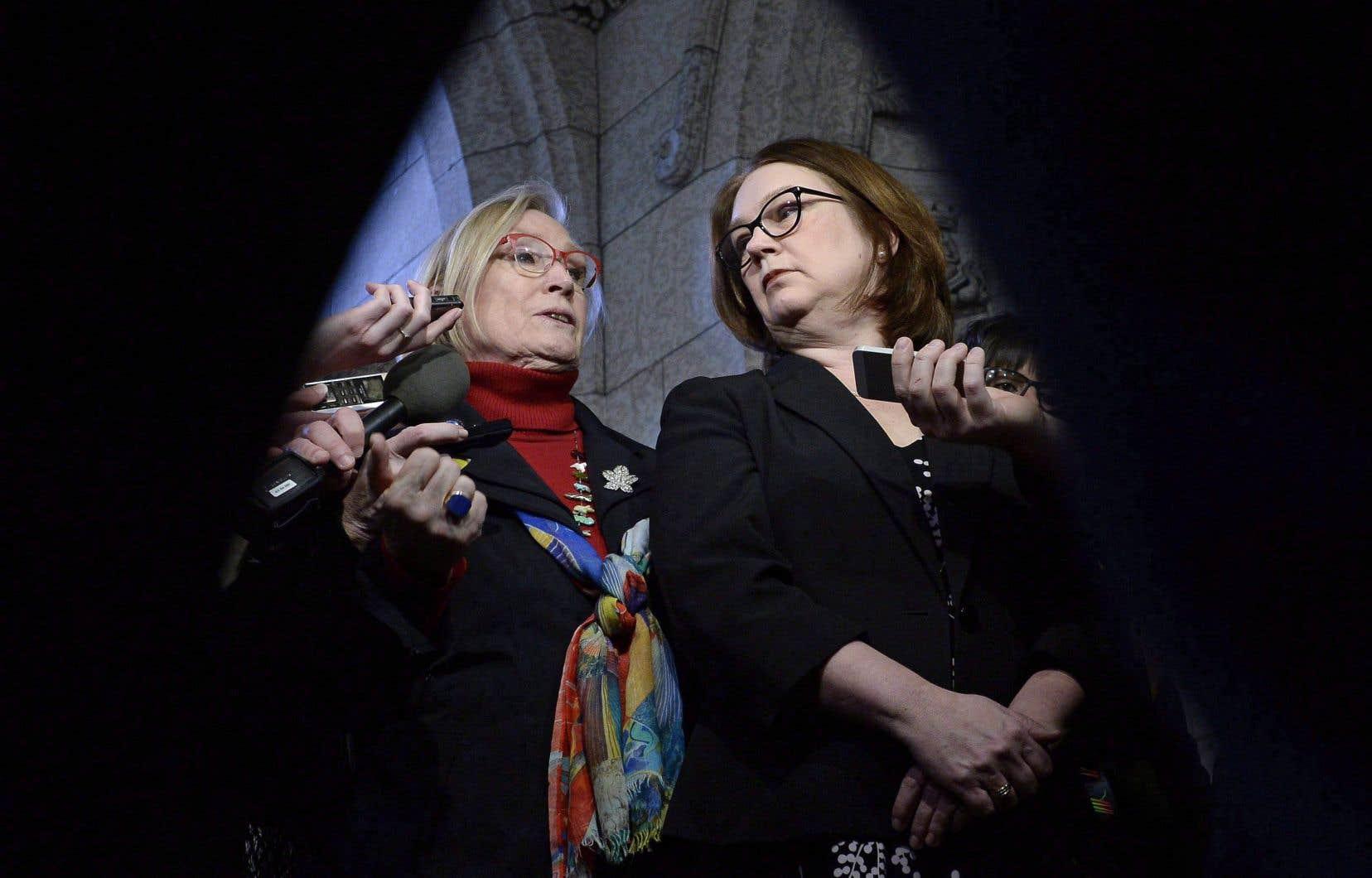 Les deux ministres voudraient voir le poste de Jane Philpott (à droite) disparaître un jour, car les communautés géreraient elles-mêmes leur administration. Mais la route pourrait être longue.