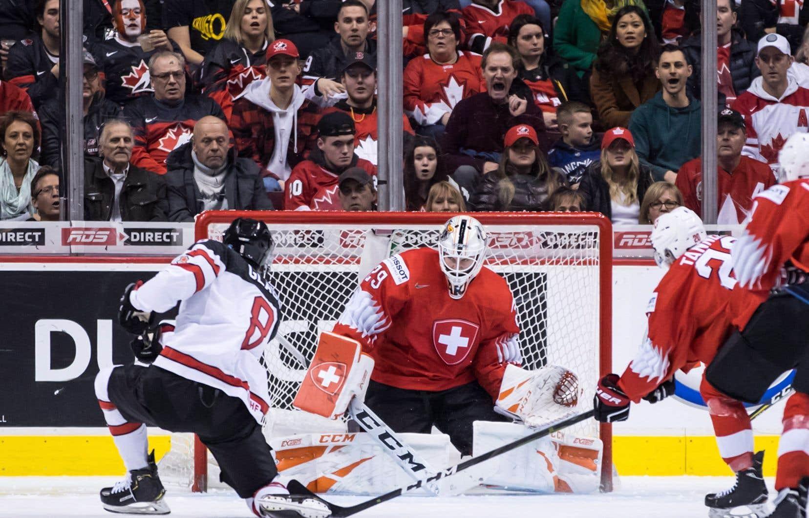 Noah Dobson,Cody Glass (numéro 8, sur la photo) et MacKenzie Entwistle ont marqué les trois buts pour le Canada.