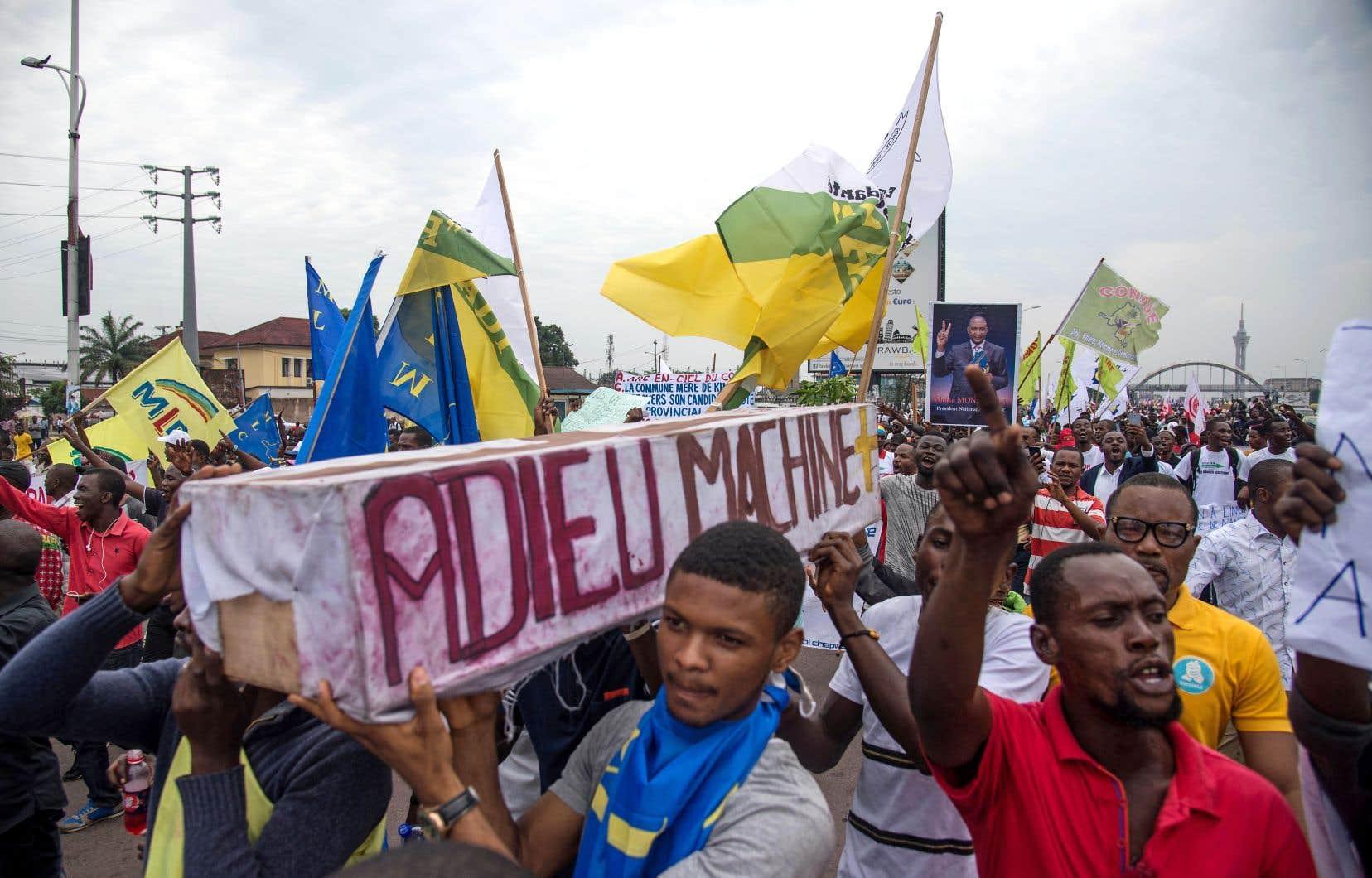 Des partisans de l'opposition réunis à Kinshasa portent un cercueil disant «Adieu à la machine à voter» pour protester contre un processus électoral qu'ils estiment frauduleux.