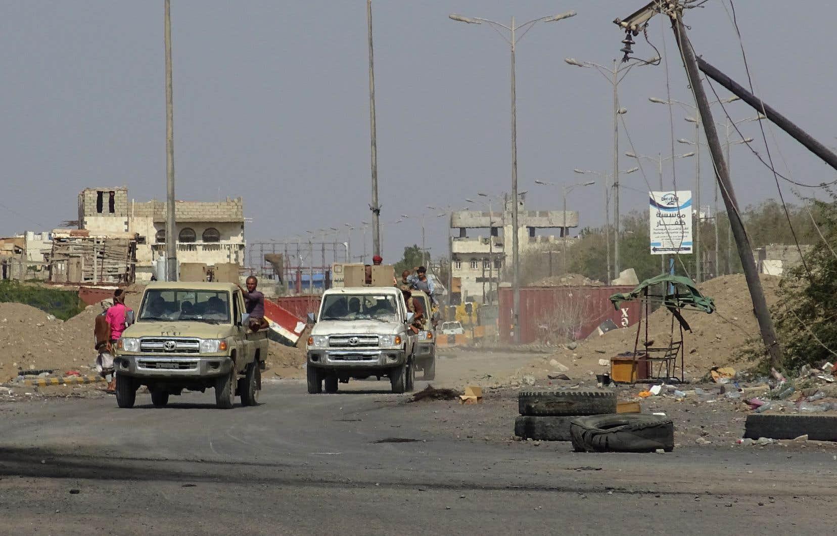 Des membres des forces du gouvernement yéménite se rendent au port de Hodeida, que les forces rebelles ont accepté de quitter progressivement.