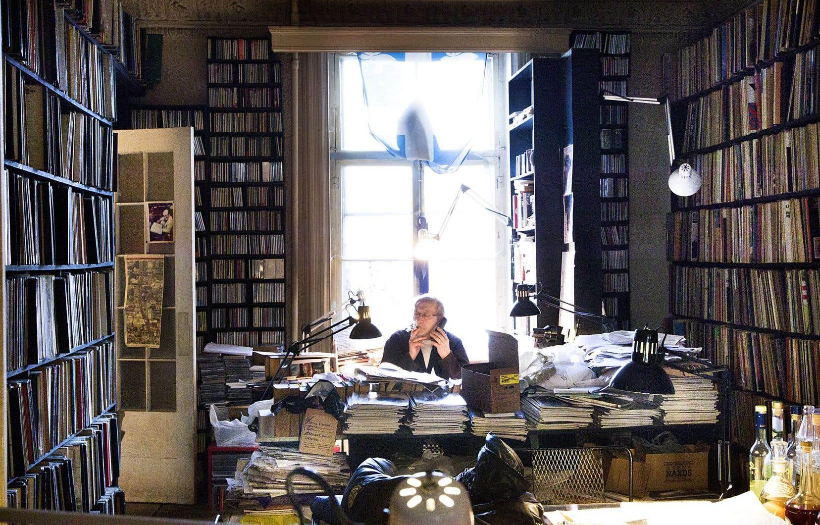 Claude Gingras possédait une collection de 150 000 vinyles et CD. Il est ici photographié dans son appartement du carré Saint-Louis, à Montréal, en 2014.