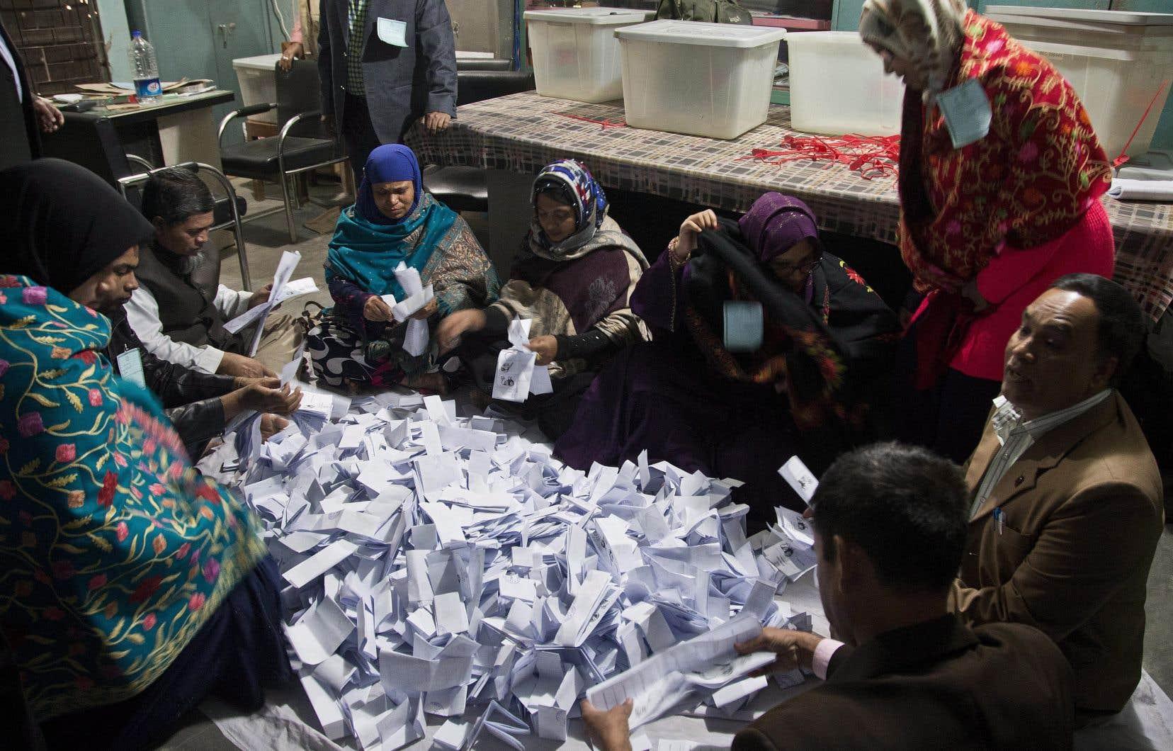 Des responsables de bureaux de vote dans la capitale, Dacca, ont évoqué une faible participation dans la matinée.