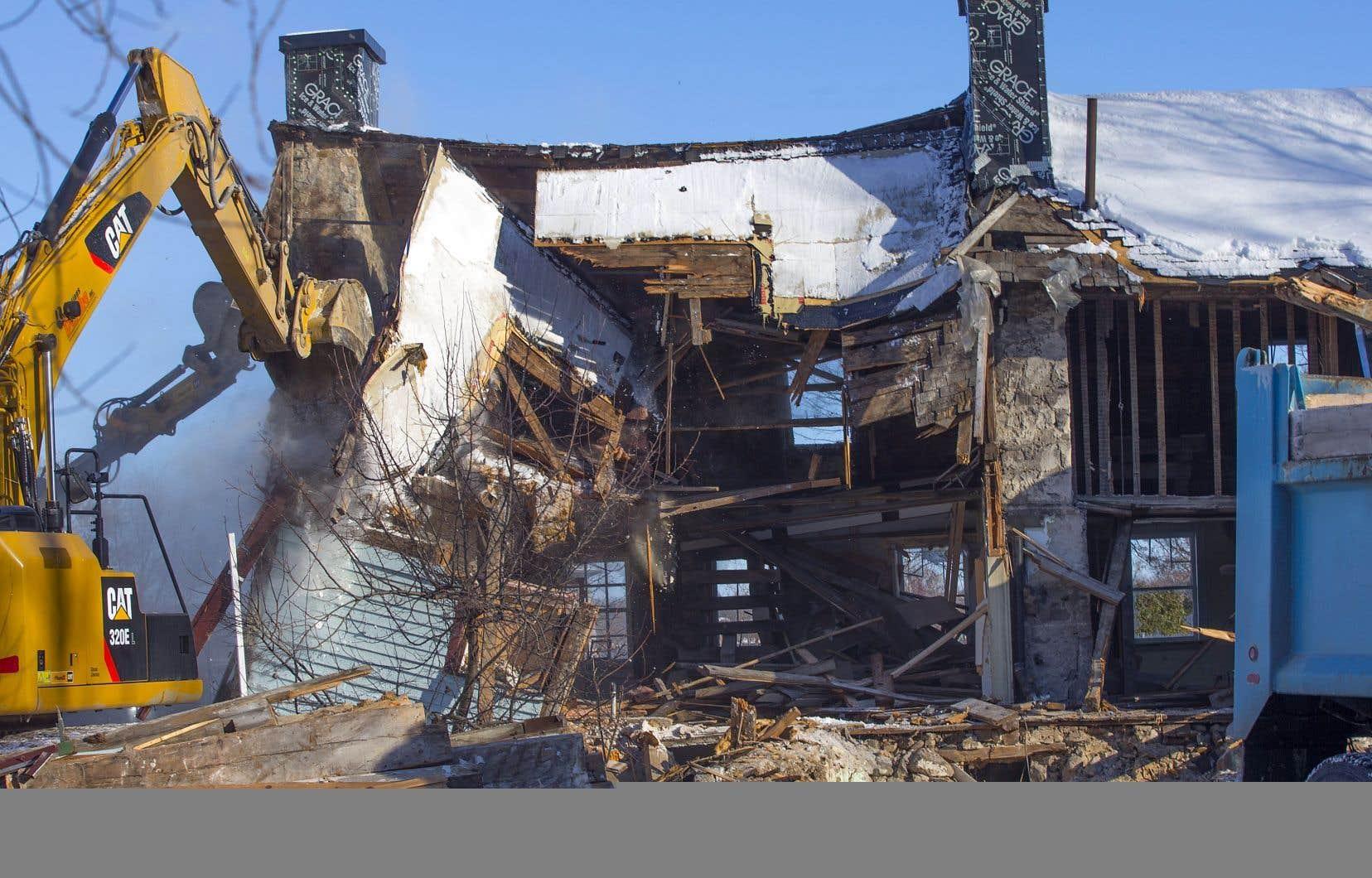 Destruction de la maison Boileau, à Chambly. Les événements de cet automne ont véritablement favorisé une prise de conscience populaire. De plus en plus, l'idée que le patrimoine est une ressource collective qui doit être protégée a fait, pour le mieux, son chemin dans les esprits.