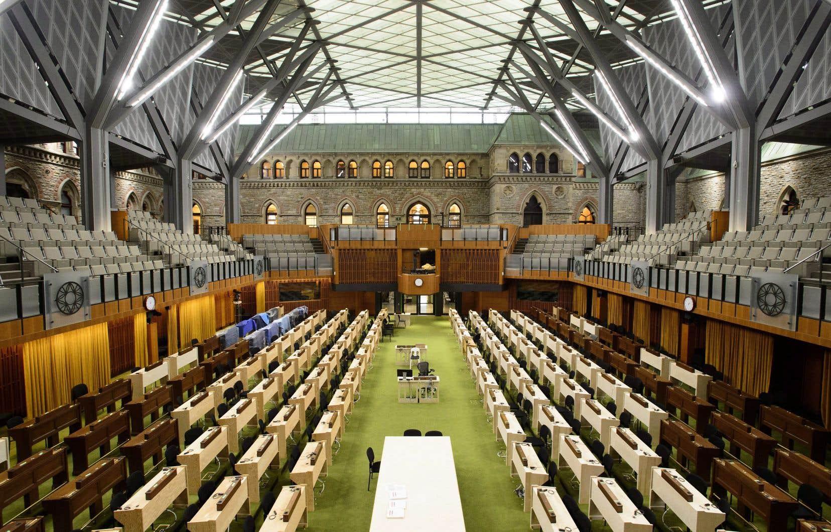 La nouvelle Chambre des communes a été construite dans la cour intérieure de l'édifice de l'Ouest, sous un gigantesque plafond de verre. Cette conversion de l'espace a permis d'ajouter 50% de superficie à l'édifice.