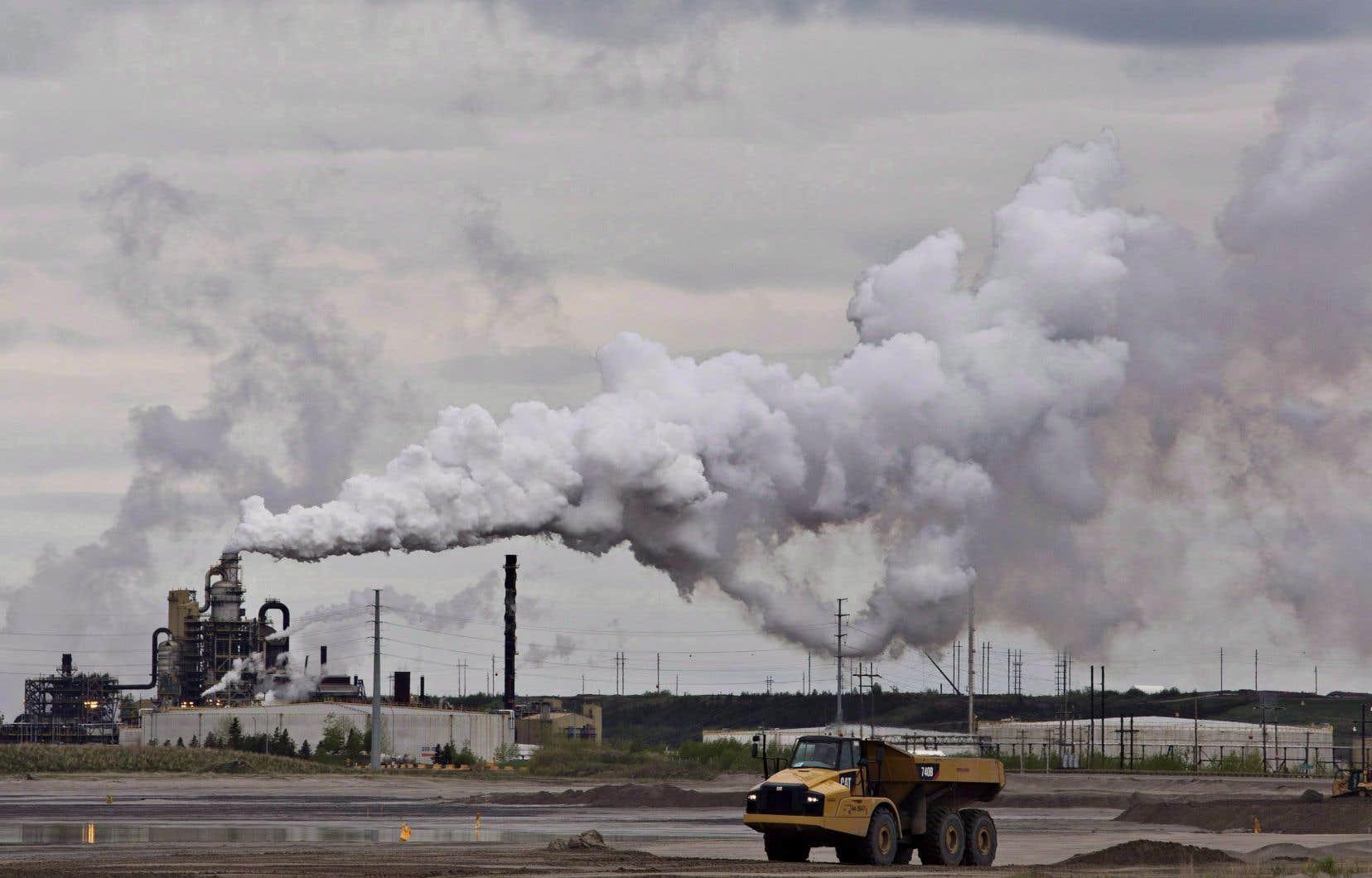 Depuis le 1erjanvier, les émetteurs industriels émettant au moins 50000 tonnes de gaz à effet de serre par année et installés en Ontario, au Nouveau-Brunswick, au Manitoba, à l'Île-du-Prince-Édouard ou en Saskatchewan sont assujettis au système de tarification fondé sur le rendement fédéral.