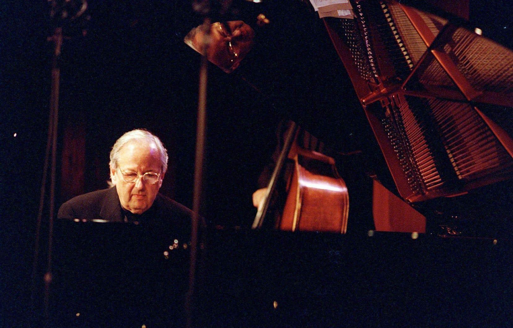 Le chef d'orchestre, compositeur et pianiste André Previn au club Jazz Standard de New York en octobre 2000