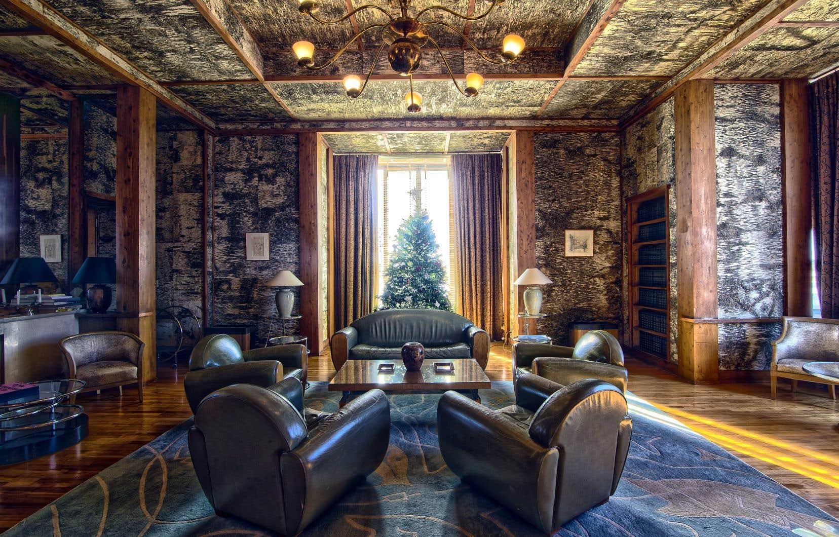 Le salon Bouleau devait au départ être recouvert de différentes essences de bois canadien, mais l'architecte Eugène Beaudouin a tellement aimé l'effet du bouleau qu'il imposa celle-là entre tous les travers de cèdre rouge. Les meubles de cuir vert olive ont remplacé les fauteuils d'origine recouverts de peau de poulain alezan dessinés par Beaudouin — comme la majorité de l'ameublement de l'édifice, incluant celui des quartiers privés réservés à l'ambassadeur.