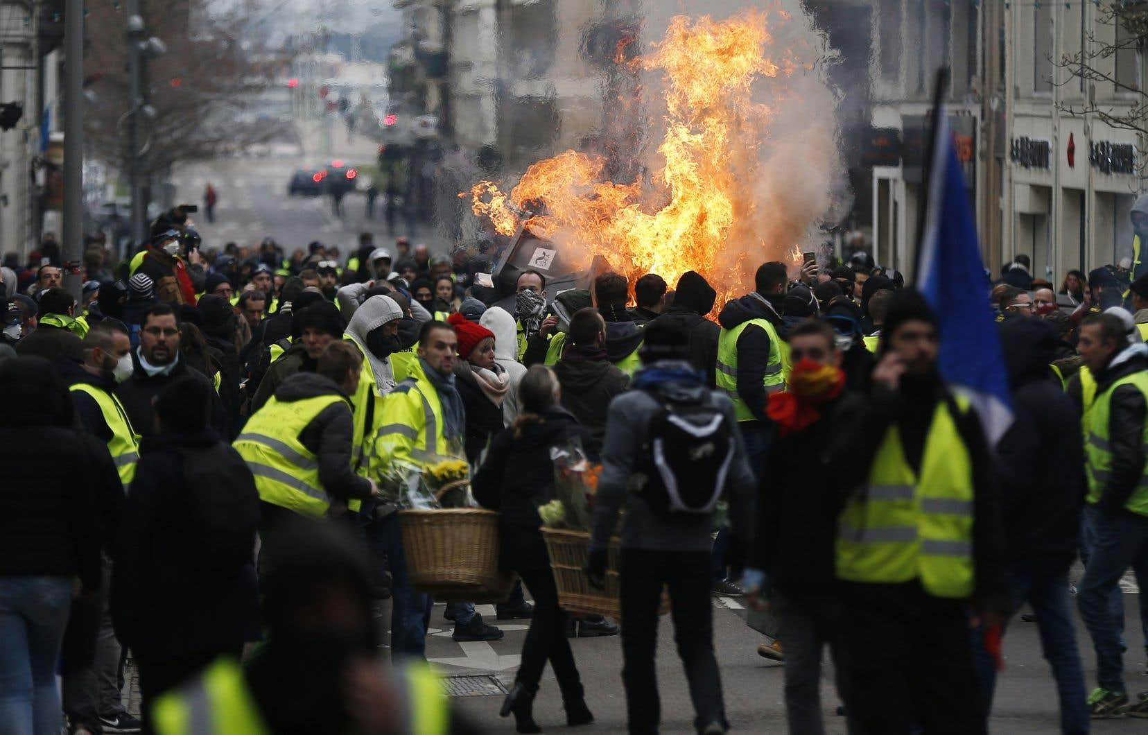 À Rouen, où entre 1000 et 2000 personnes défilaient,deux barricades constituées de matériel de chantier et de poubelles ont été érigées sur l'artère principale de la ville et l'une d'elle était en feu.