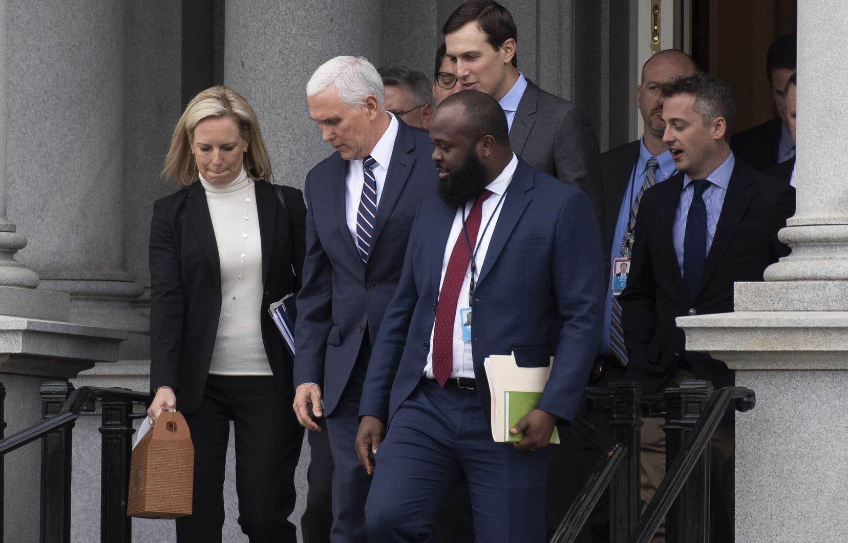 Le vice-président Mike Pence (au centre), qui dirigeait les négociations, a qualifié la session de samedi de «productive».