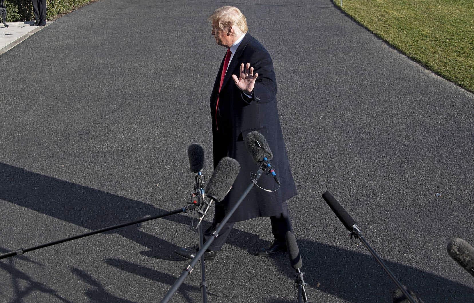 Le président Trump s'est brièvement adressé aux journalistes dimanche dans les jardins de la Maison-Blanche.