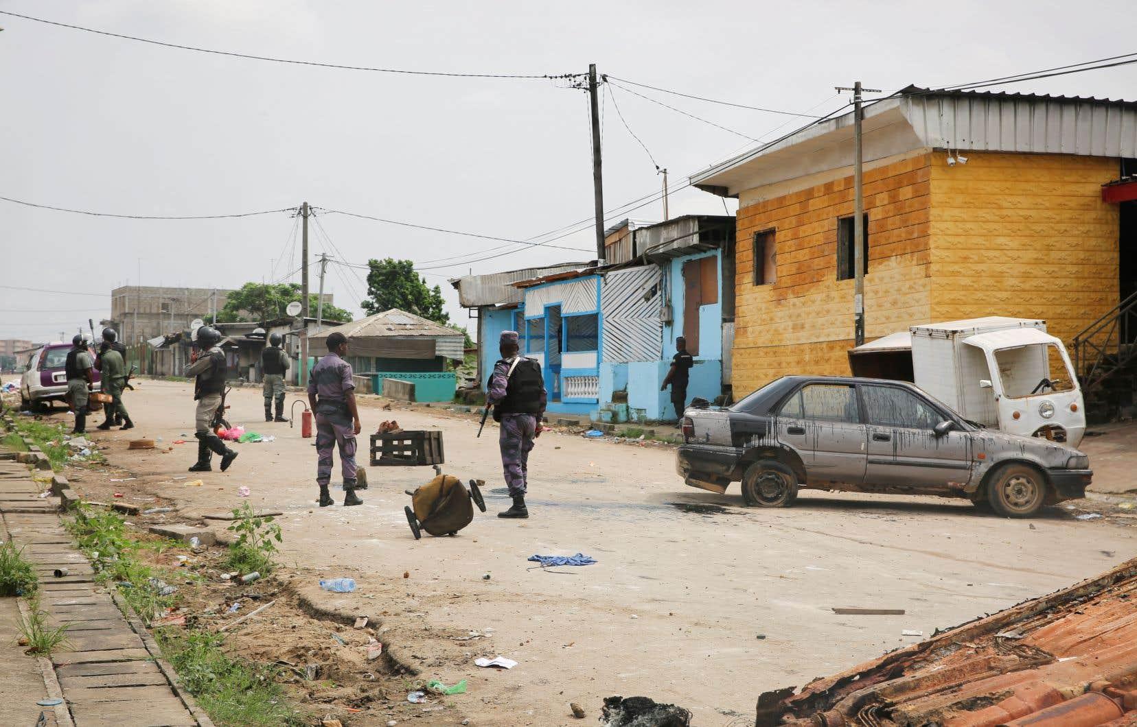 Des gendarmes gabonais, près du quartier général de Radiodiffusion télévision gabonaise (RTG) à Libreville lundi, après une tentative de coup d'État, alors que le président est absent depuis deux mois et demi