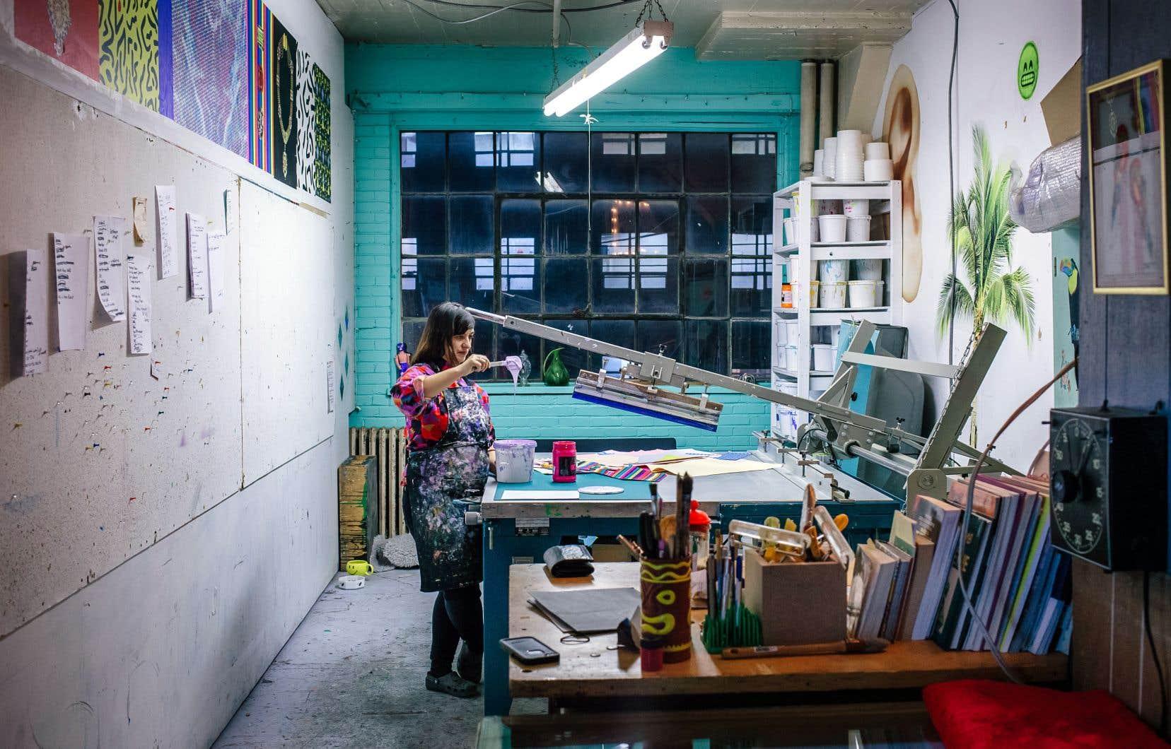 Dominique Pétrin, artiste en arts visuels et porte-parole du mouvement #NosAteliers, dans son atelier situé au coin de Beaubien et Durocher