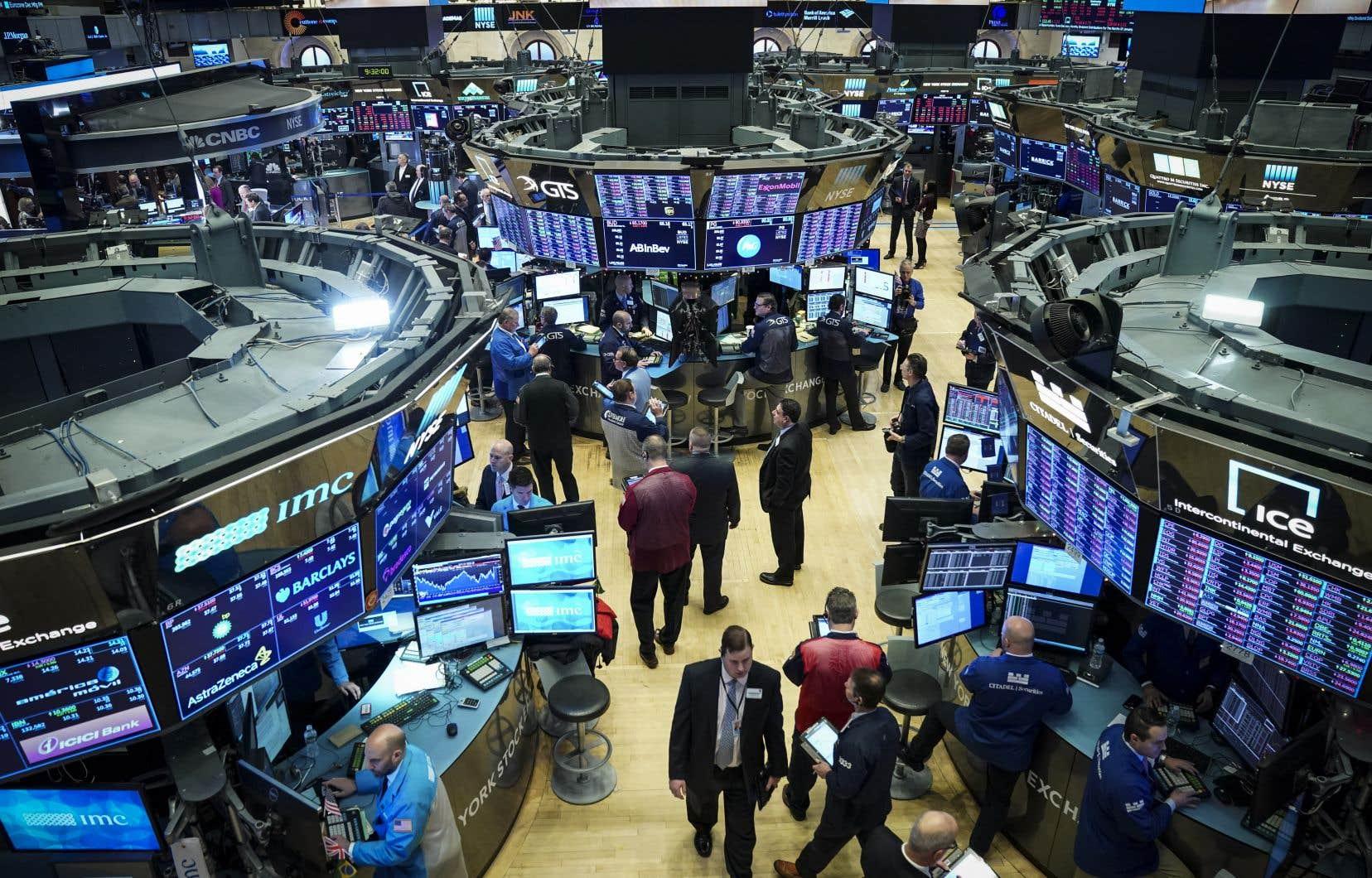 La Bourse s'est un peu plus raffermie lundi après la reprise de discussions commerciales bilatérales entre la Chine et les États-Unis.