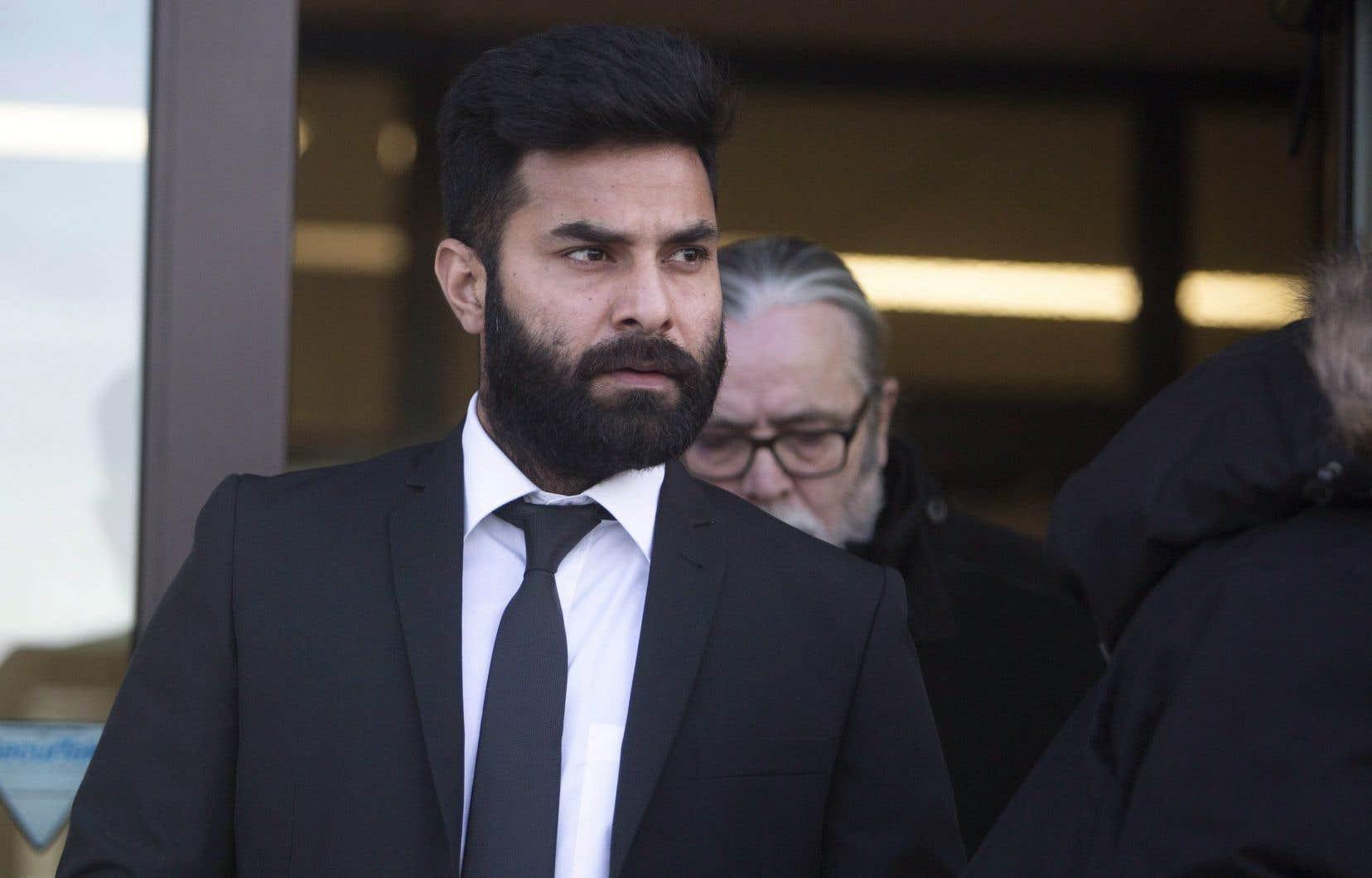 <p>L'avocat de M.Sidhu a déclaré que davantage d'éléments de preuve devaient encore être remis à la défense, mais que son client voulait plaider coupable afin d'éviter tout délai supplémentaire.</p>