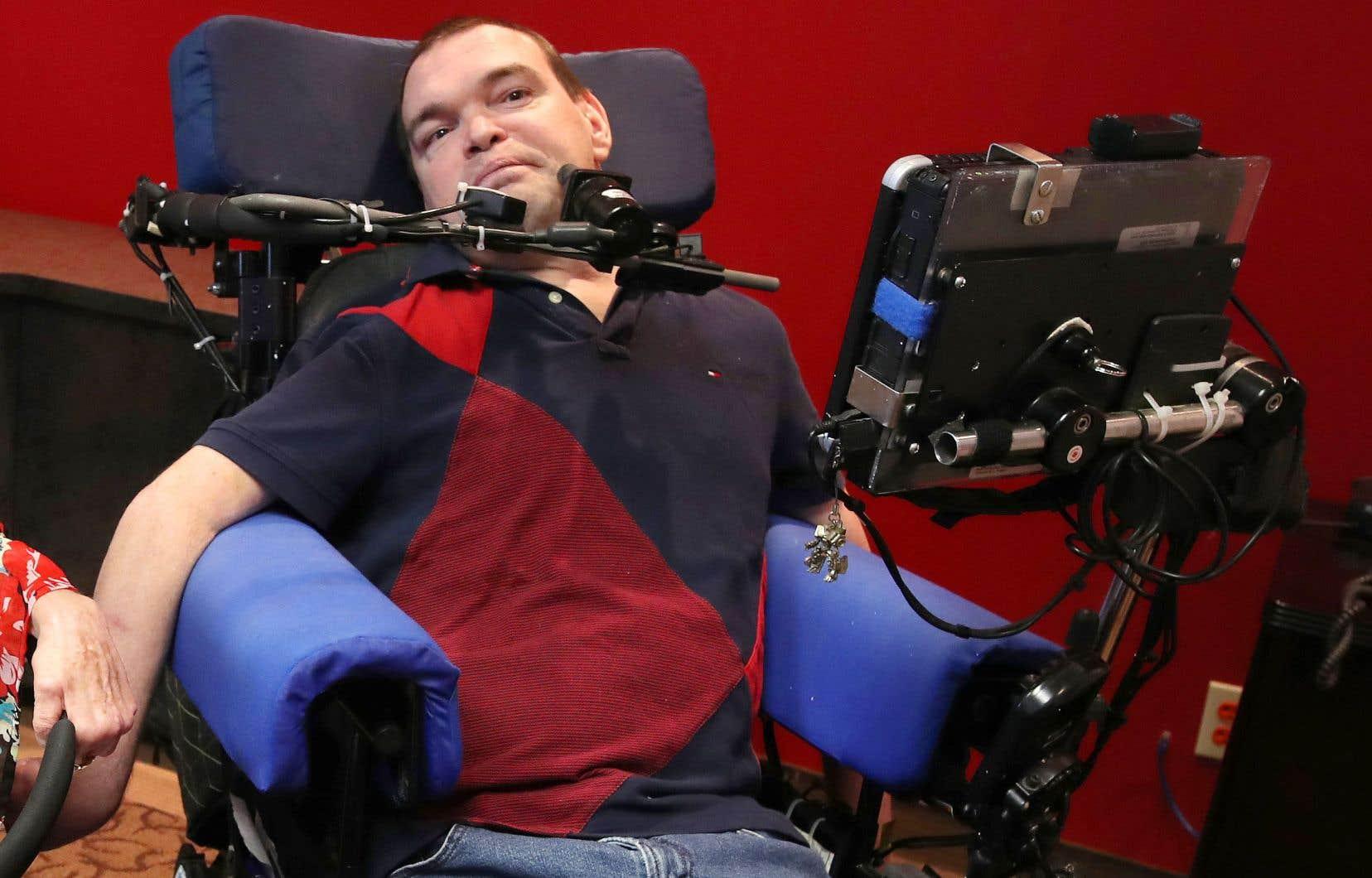 Atteint de triparalysie depuis la naissance, Jean Truchon a vu sa condition physique dégénérer en 2012 après un accident survenu lors d'une partie de hockey sur chaise qui lui a fait perdre l'usage de son seul bras mobile.