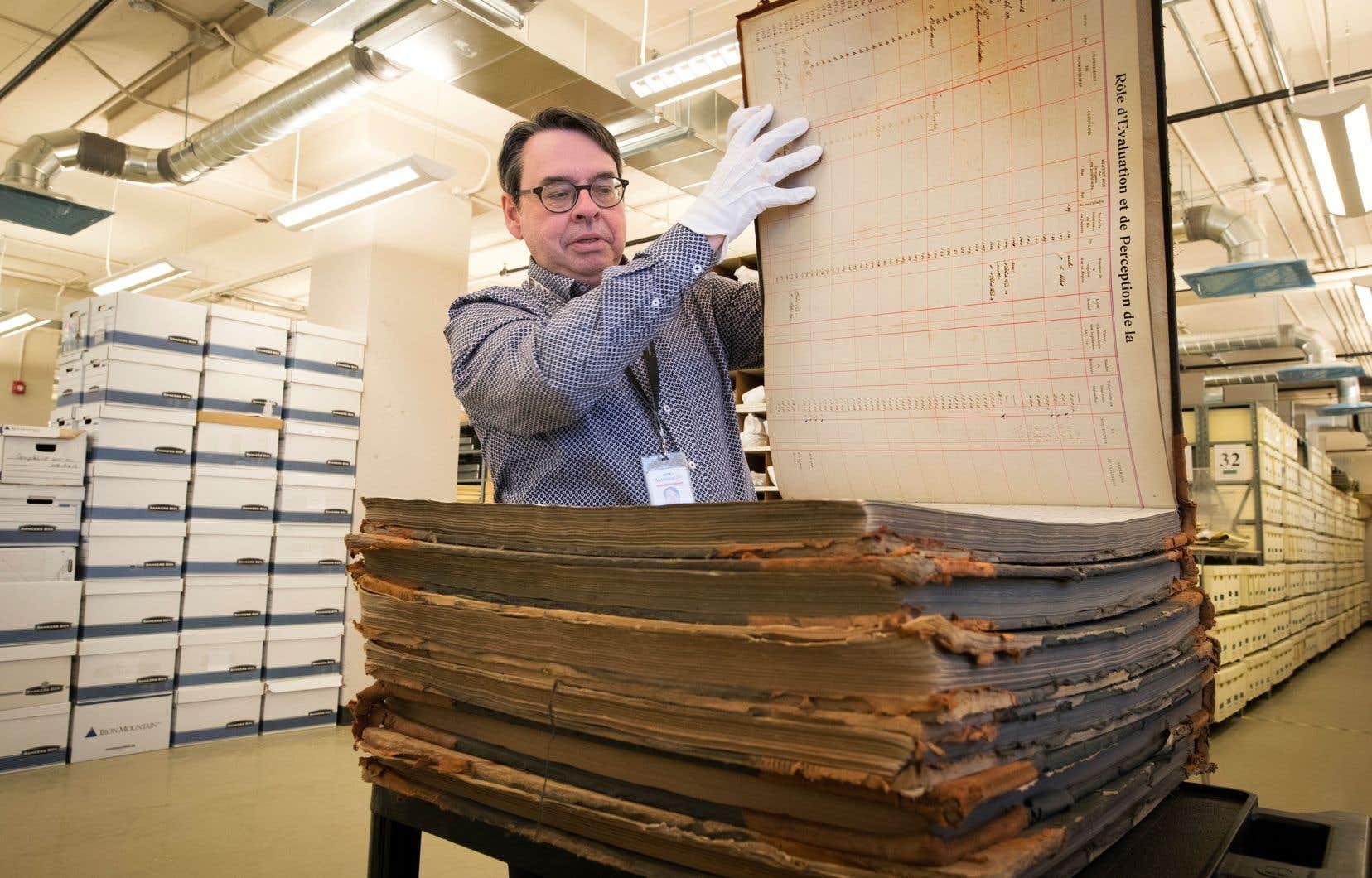 Au milieu des rangées de boîtes de documents qui montent jusqu'au plafond, Mario Robert, chef de division et responsable des Archives de Montréal, fait découvrir quelques-uns des trésors de la collection.