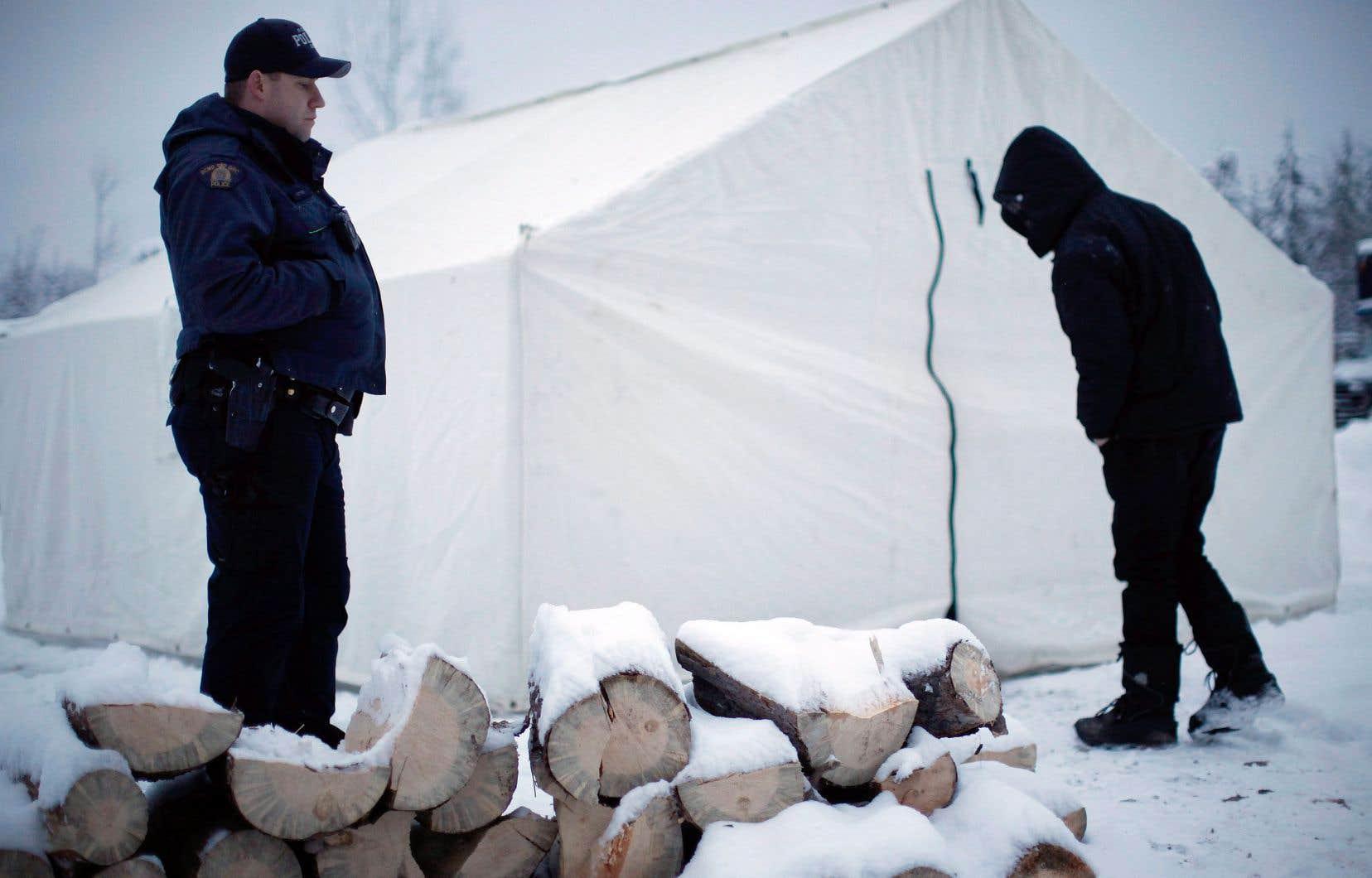 Des Autochtones ont établi un campement pour bloquer l'accès à un site de construction du pipeline.