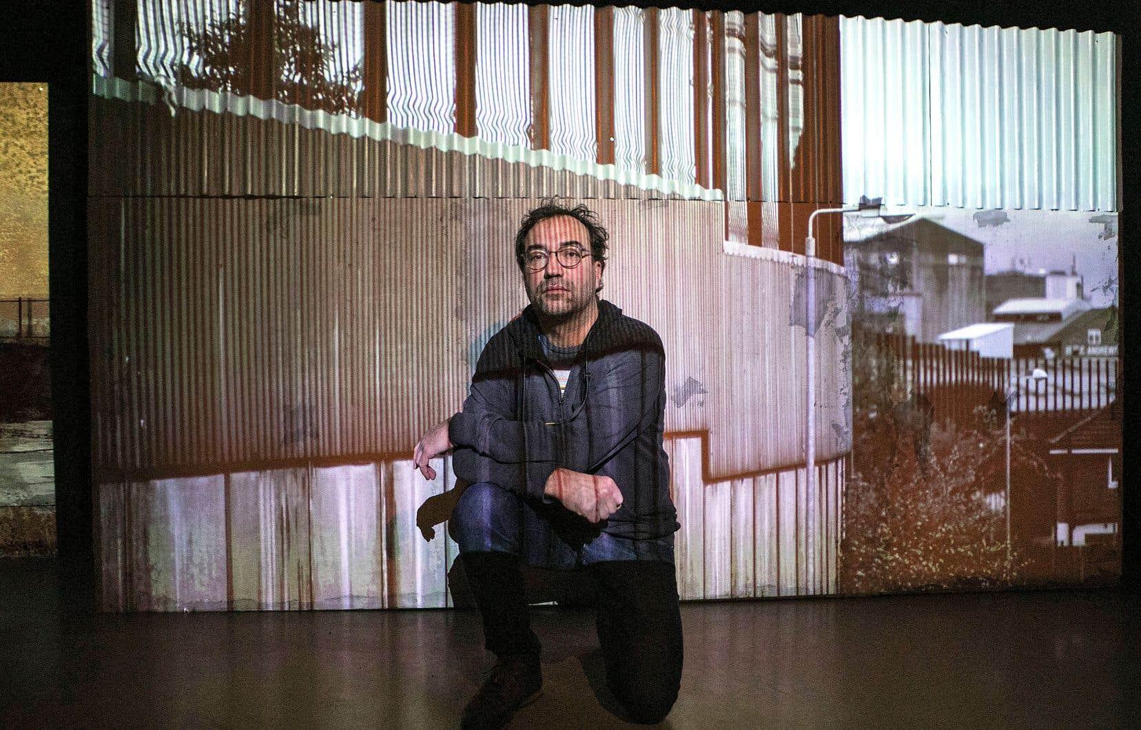 L'artiste Martin Bureau a érigé des reproductions de portions des murs qui séparent les frontières entre les États-Unis et le Mexique, entre Israël et la Palestine, ainsi qu'entre Belfast et l'Irlande du Nord.
