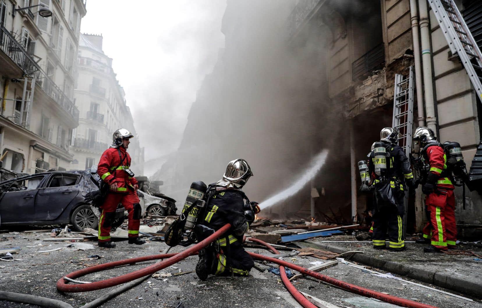 <p>Plusieurs pompiers ont été surpris par une deuxième explosion, en tentant de combattre le brasier.</p>