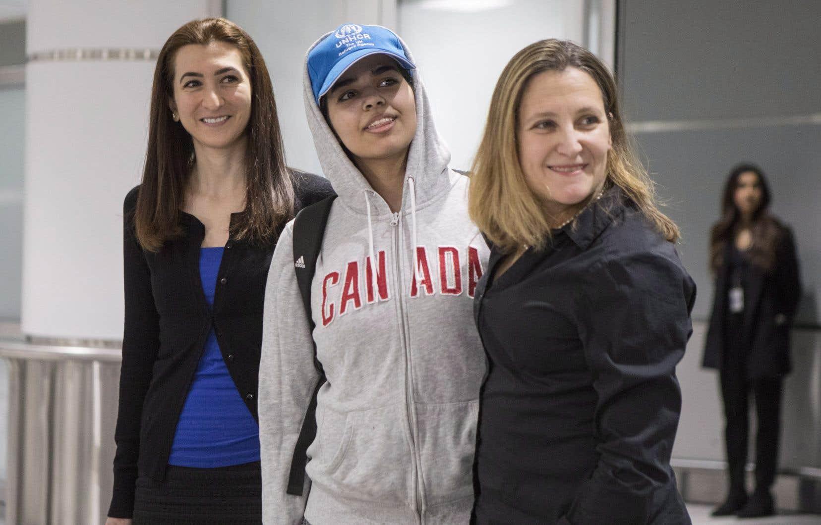 Rahaf Mohammed Alqunun, portant une veste à capuchon sur laquelle on pouvait lire «Canada», a salué les journalistes à son arrivée, accompagnée de la ministre des Affaires étrangères, Chrystia Freeland.