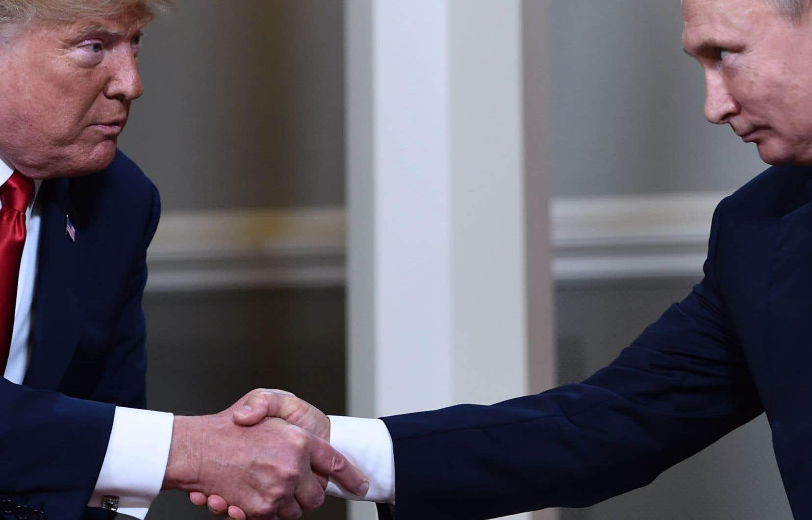 Les présidents russe et américain se serrant la main en marge d'un sommet du G20 à Hambourg, en Allemagne, en 2017