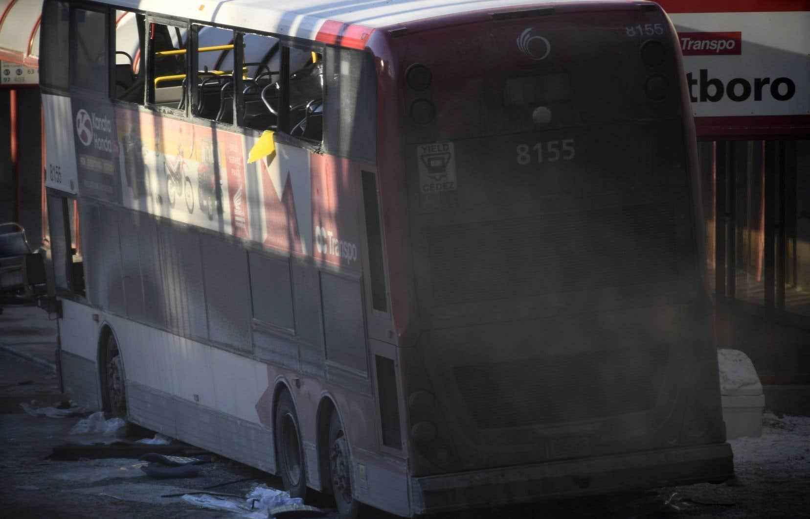 Un autobus urbain à impériale est monté sur le trottoir et a heurté un abribus vendredi après-midi, à Ottawa.
