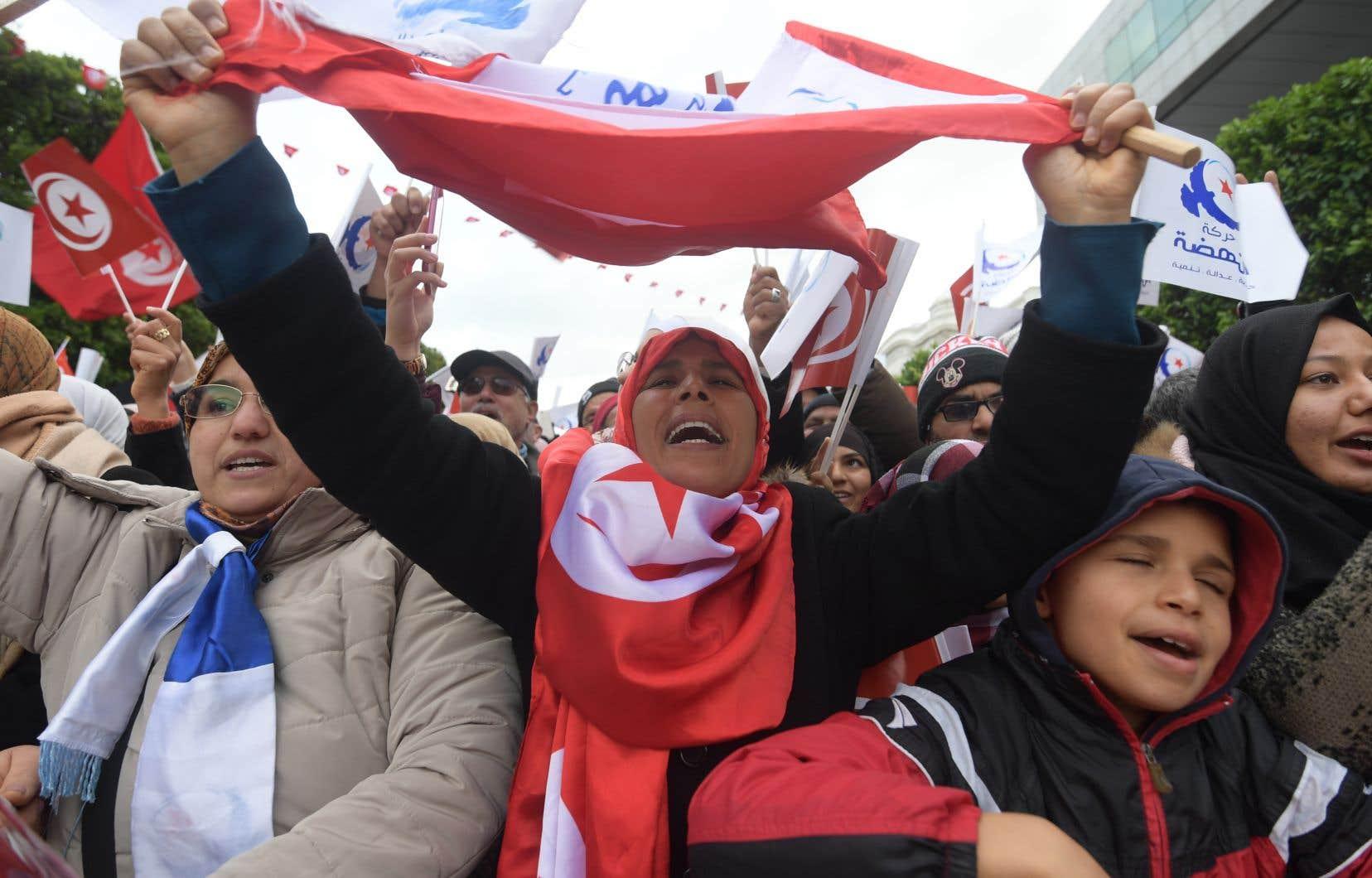 Parmi les manifestants, se trouvaient notamment des sympathisants des partis politiques Ennahdha (à référentiel islamiste) et du Front populaire (de gauche).