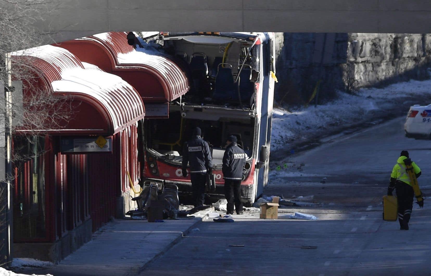 L'enquête policière se concentre pour l'instant sur la rencontre des témoins oculaires et la fouille des débris de l'autobus.