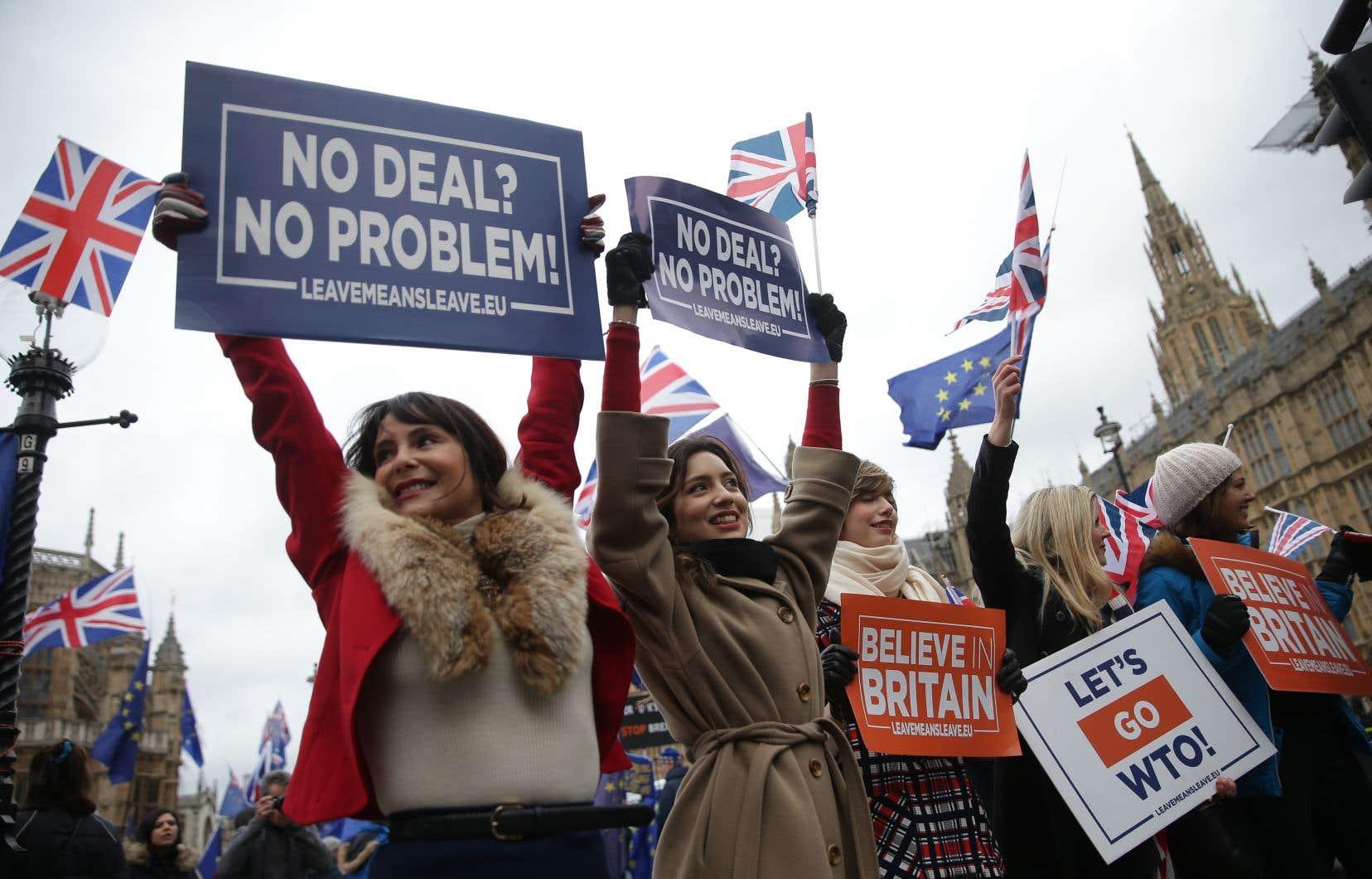 La fébrilité régnait également autour du Parlement de Westminster, où se sont rassemblés militants pro et anti-Brexit, drapeaux du Royaume-Uni ou de l'UE à la main.