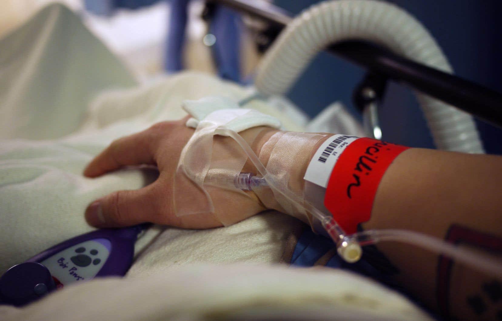 Six ordres professionnels demandent une nouvelle fois, cette fois au gouvernement Legault, de renvoyer la loi fédérale sur l'aide médicale à mourir en Cour d'appel.