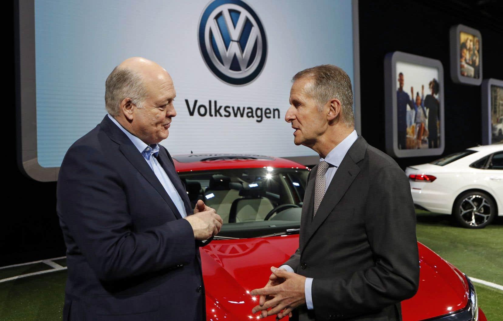 Les chefs de la direction de Ford et de Volkswagen, Jim Hacket et Herbert Diess, discutent au salon de l'automobile de Detroit.