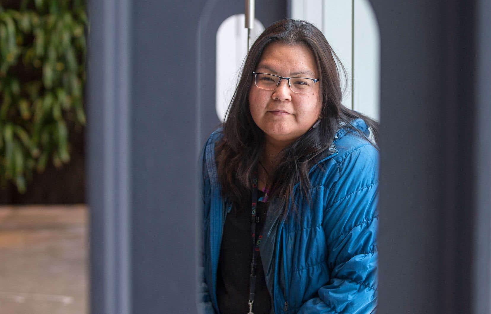 La mère de Maya Mollen Cousineau l'avait confiée à une famille non autochtone, étant incapable elle-même de s'en occuper.