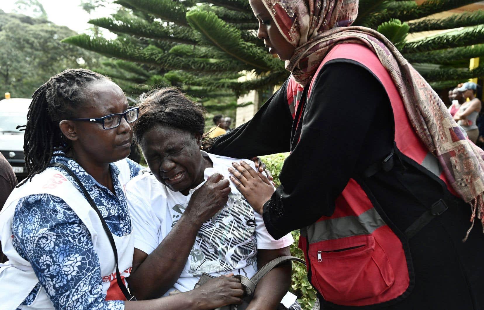 Une femme pleurait devant la morgue Chiromo après avoir appris la mort d'un proche à la suite de l'attaque à Nairobi.